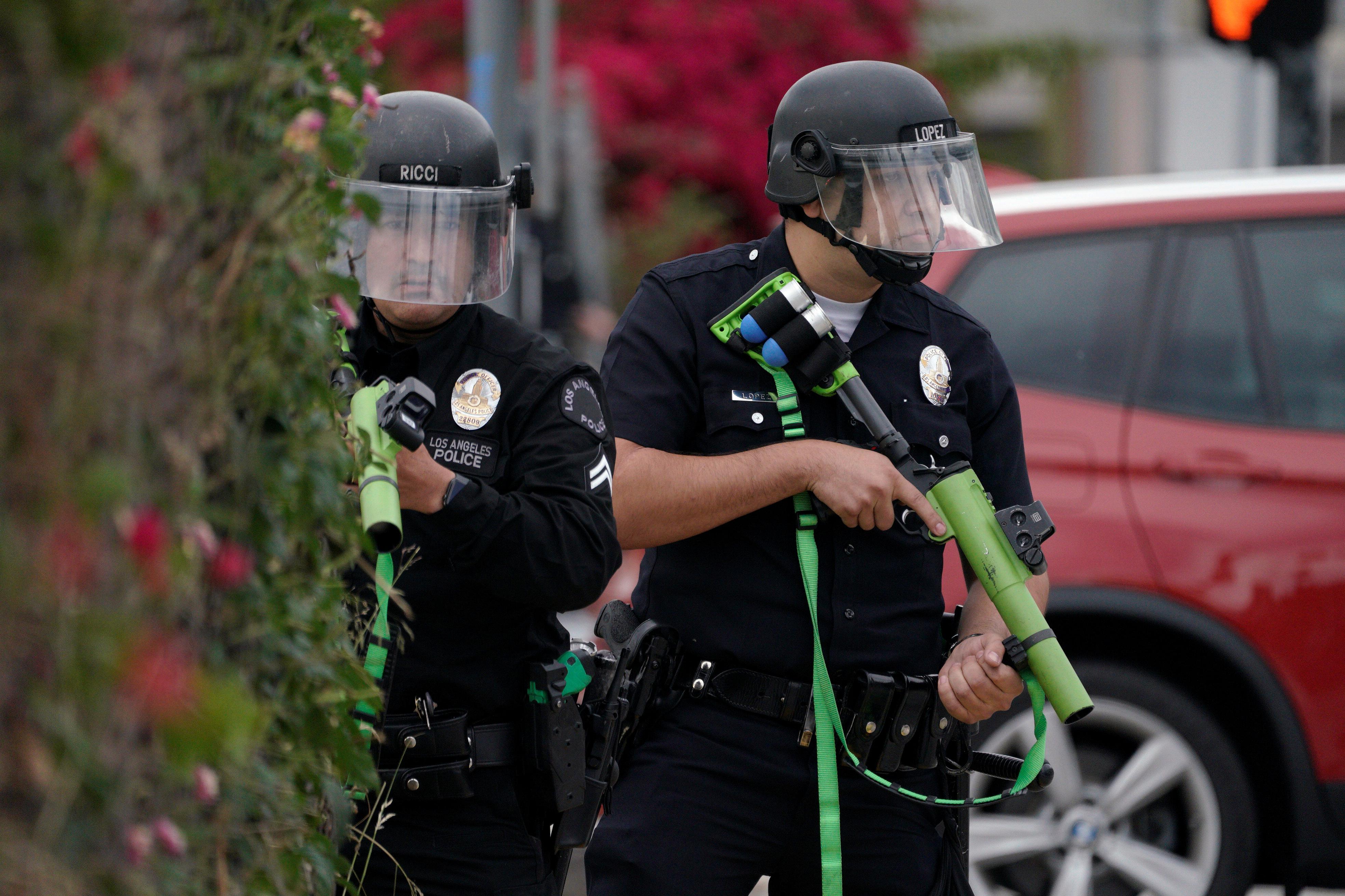 Movimientos de policías con armas antimotines en Los Angeles