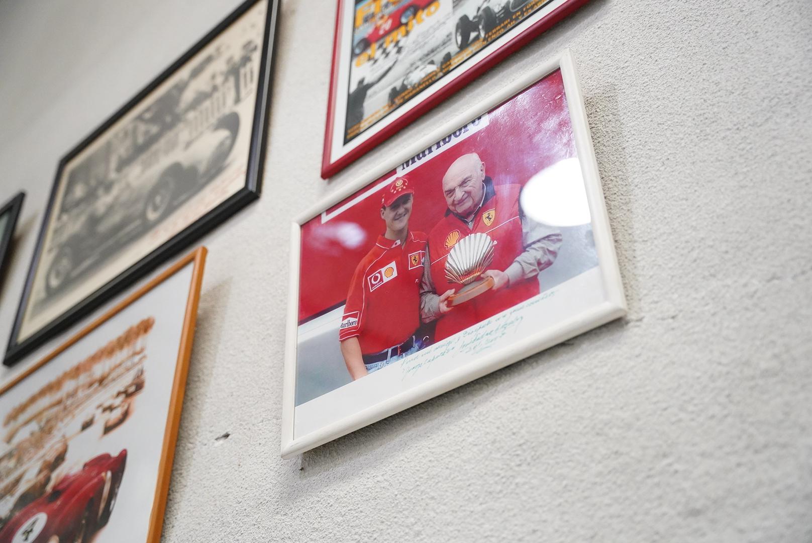 Cuadros que ilustran la campaña de Cupeiro y de sus amigos en el automovilismo. Entre ellos, José Froilán González junto a Michael Schumacher. Pepe importó el Chevytú de USA y con ese coche Cupeiro se lució en el TC.