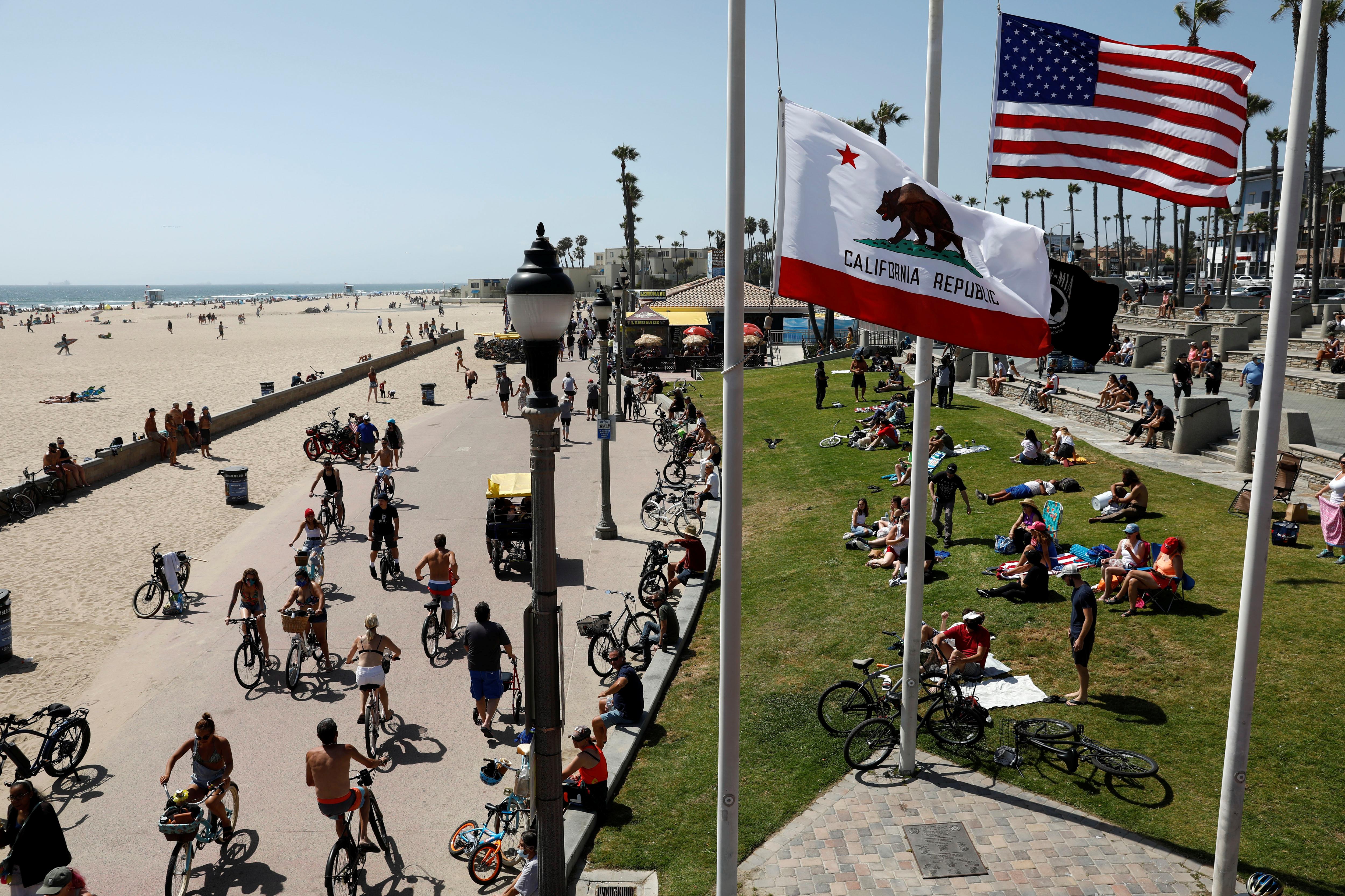 Los ciclistas también aprovecharon para hacer actividad física en Huntington Beach