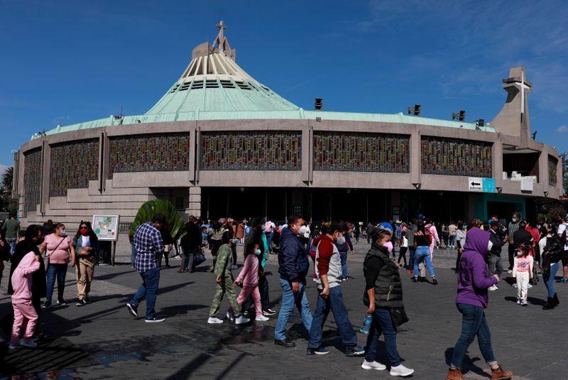 Peregrinos caminan fuera de la Basílica de Guadalupe antes del aniversario de la Virgen y luego de su cierre temporal, Ciudad de México, México. 5 de diciembre de 2020.