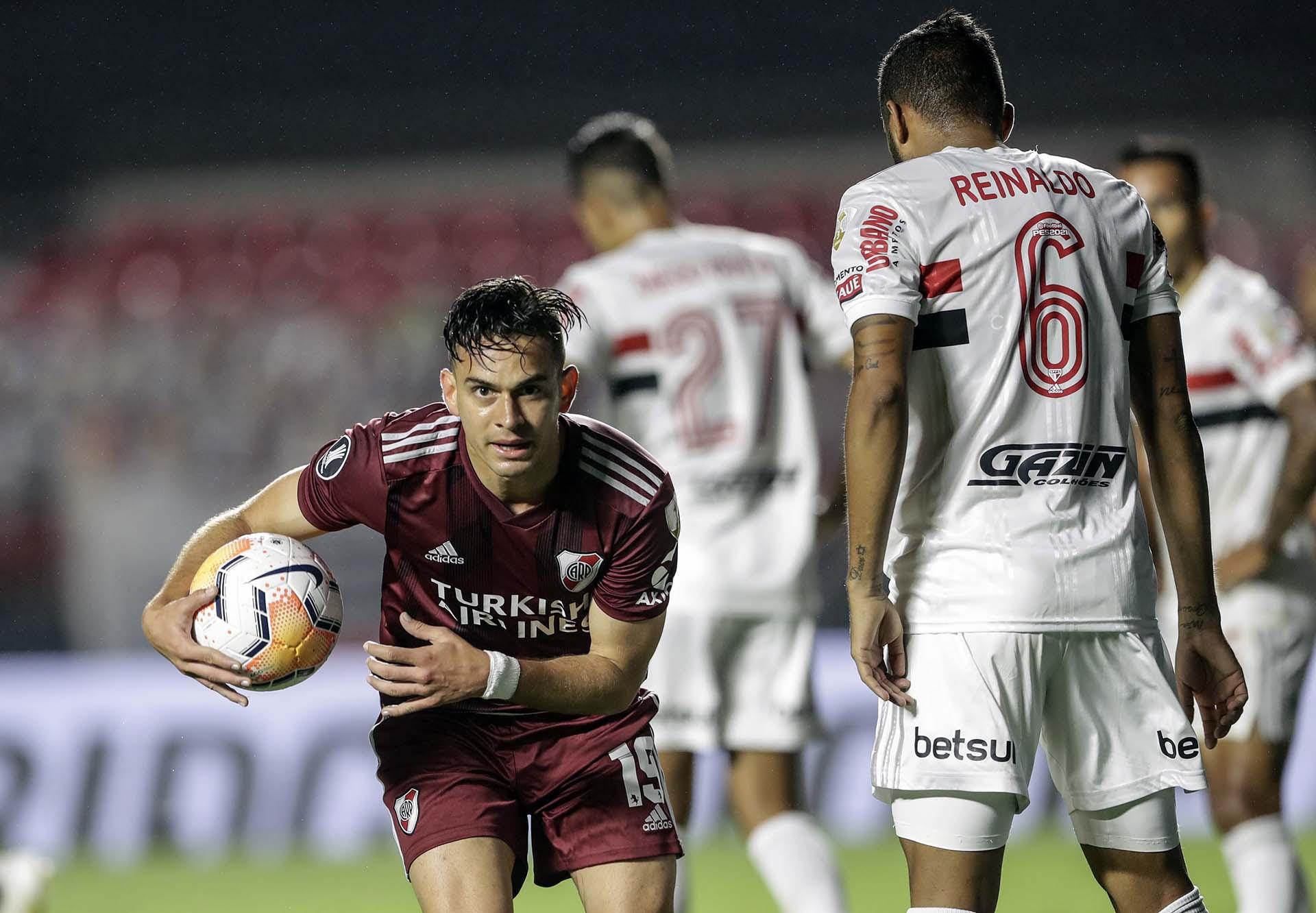 La celebración de Rafael Santos Borré, autor del 1-1 en Brasil, tras pase de Álvarez (Andre Penner / various sources / AFP)