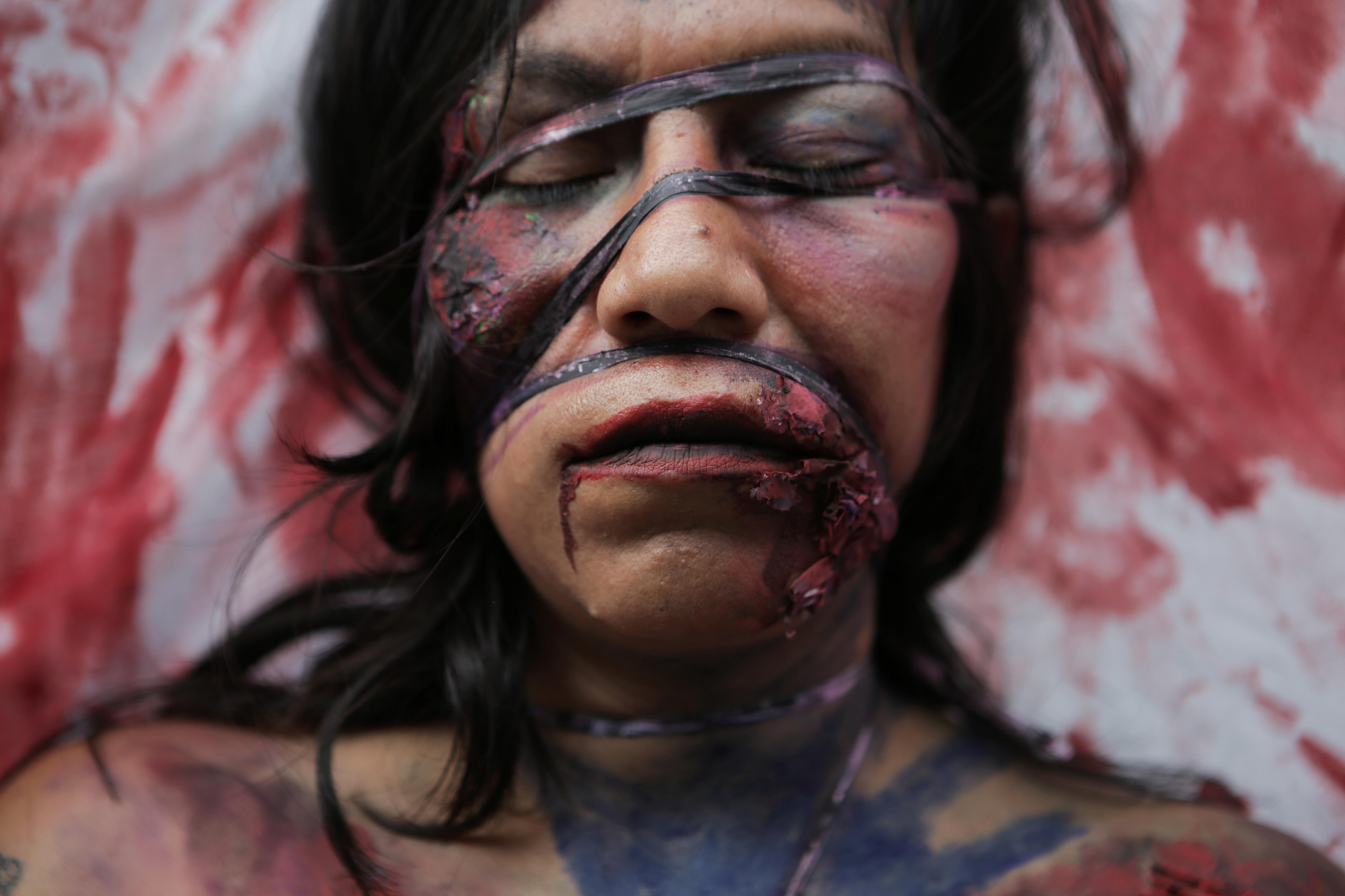 Una integrante de un colectivo feminista actúa fuera de las instalaciones del edificio de la Comisión Nacional de Derechos Humanos, en apoyo a las víctimas de violencia de género, en la Ciudad de México, México, 10 de septiembre de 2020. Fotografía tomada el 10 de septiembre de 2020.