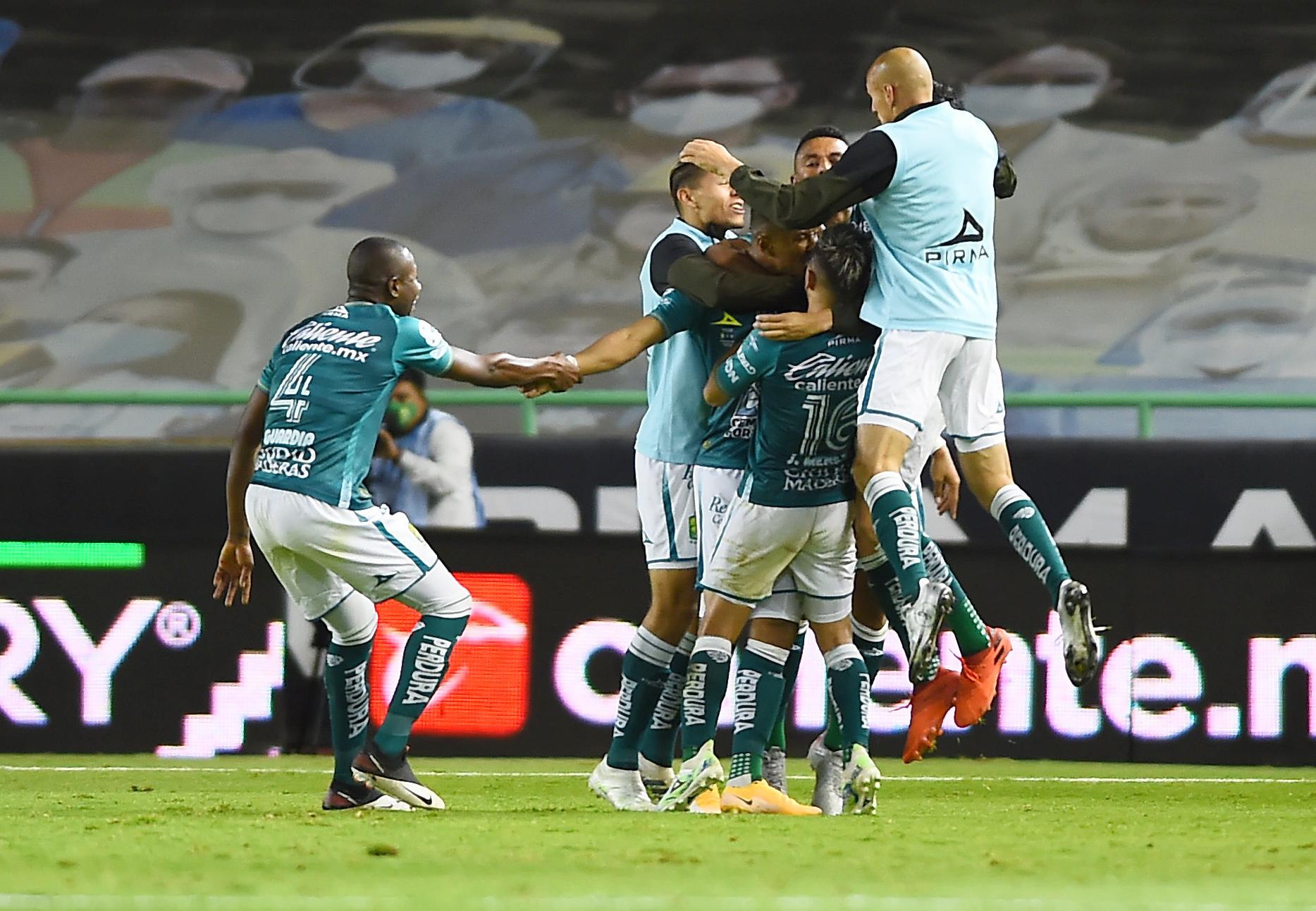 Yairo Moreno celebra su segundo gol con sus compañeros