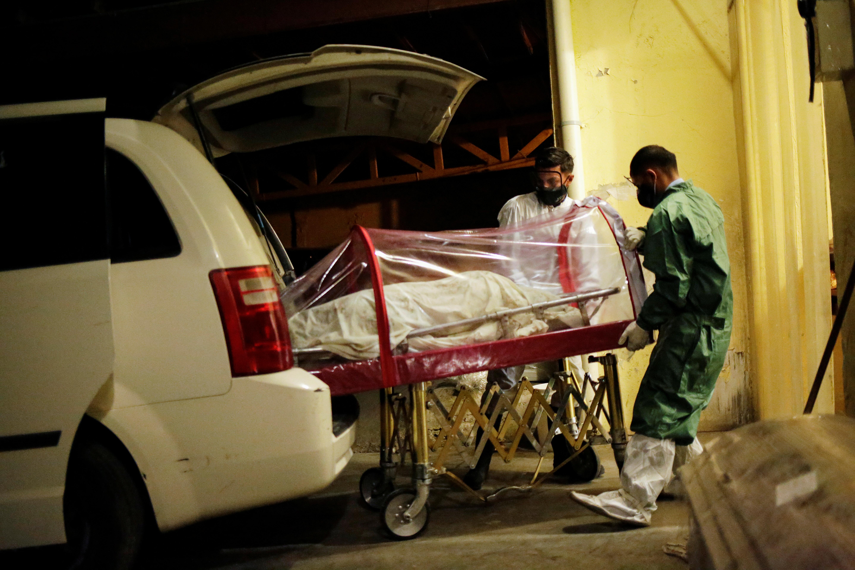 Empleados de la funeraria Ríos trasladan el cuerpo de una mujer, que murió por coronavirus (COVID-19), a sus instalaciones en Ciudad Juárez, México, 22 de octubre de 2020.