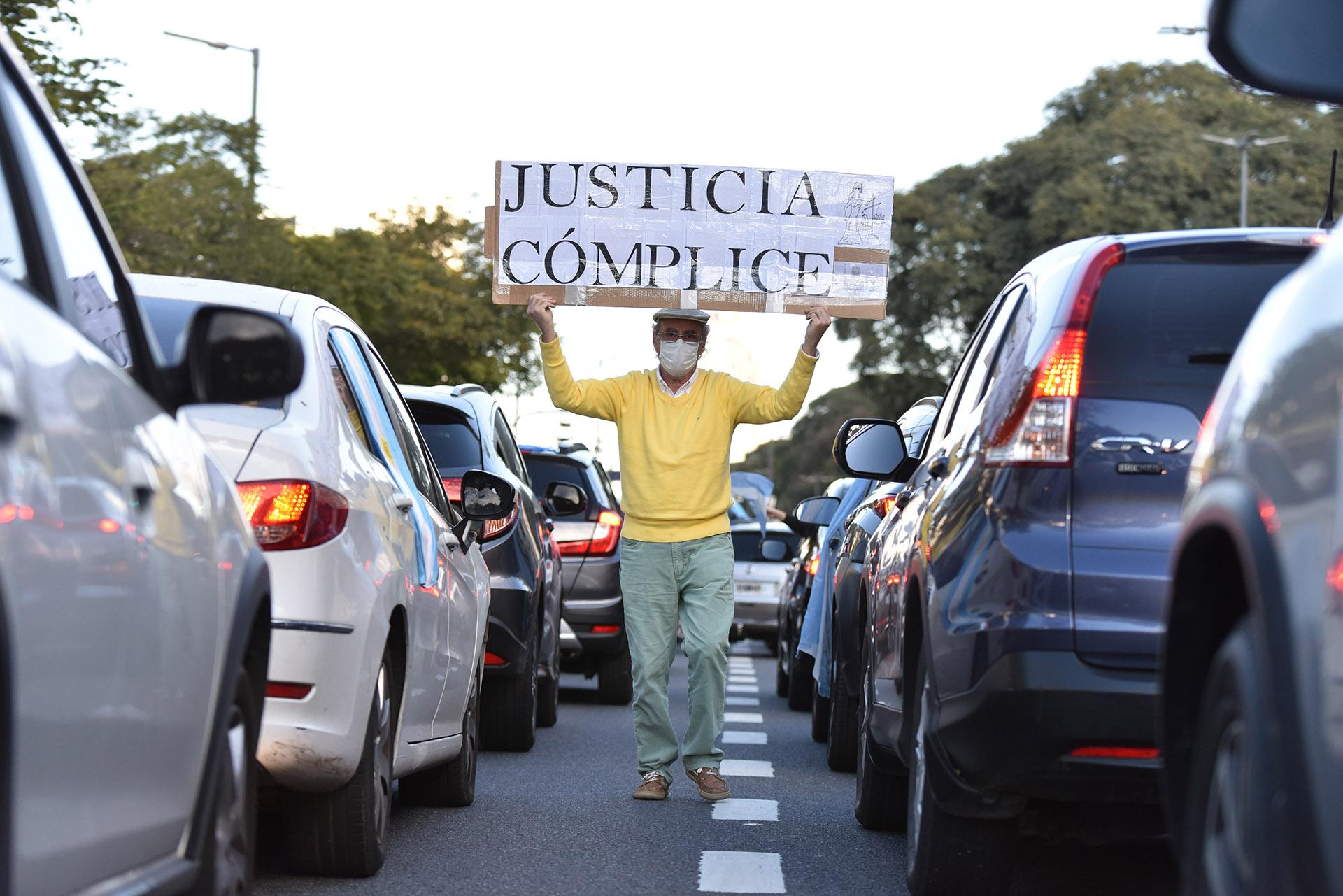 Pese al frío y la cuarentena, la gente salió a la calle para manifestarse