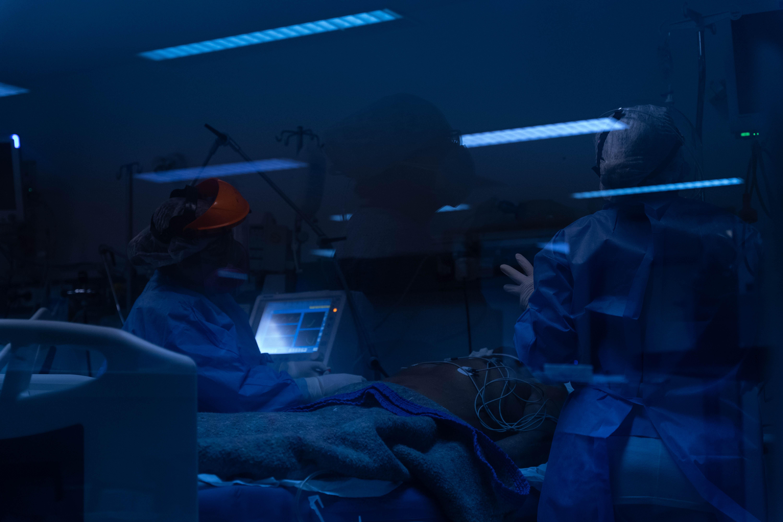 Cuando cae la noche no cae la actividad en la UTI Covid. Los médicos y enfermeros tienen que estar siempre atentos a las necesidades de los pacientes.