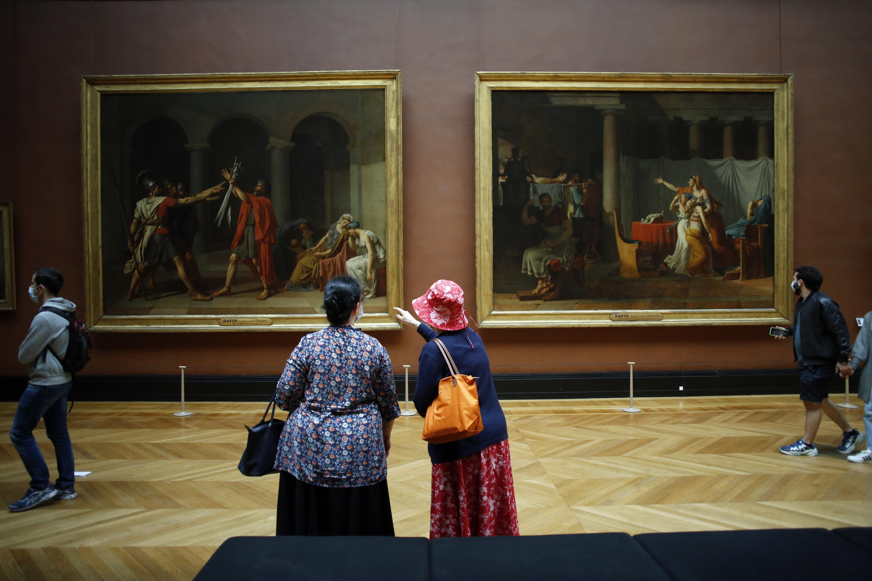 Visitantes viendo los óleos
