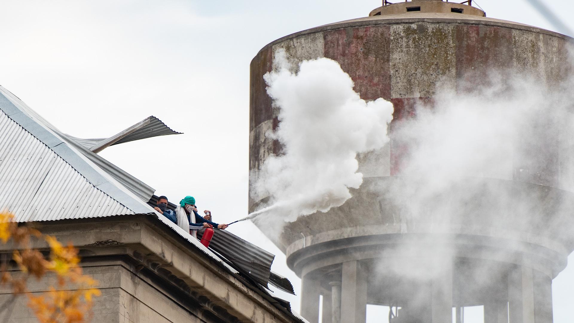 Las bengalas de humo también se vieron en el disturbio.