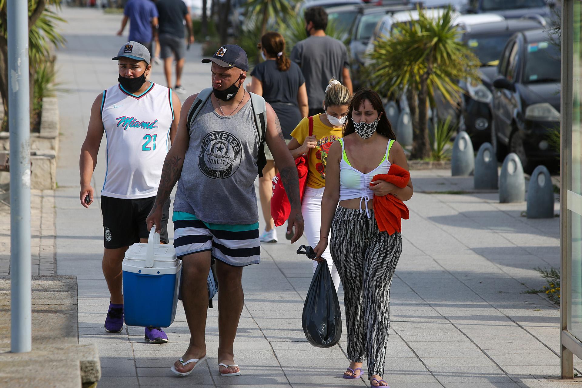 En general, durante el fin de semana se observó un masivo respeto al uso de barbijo en la vía pública