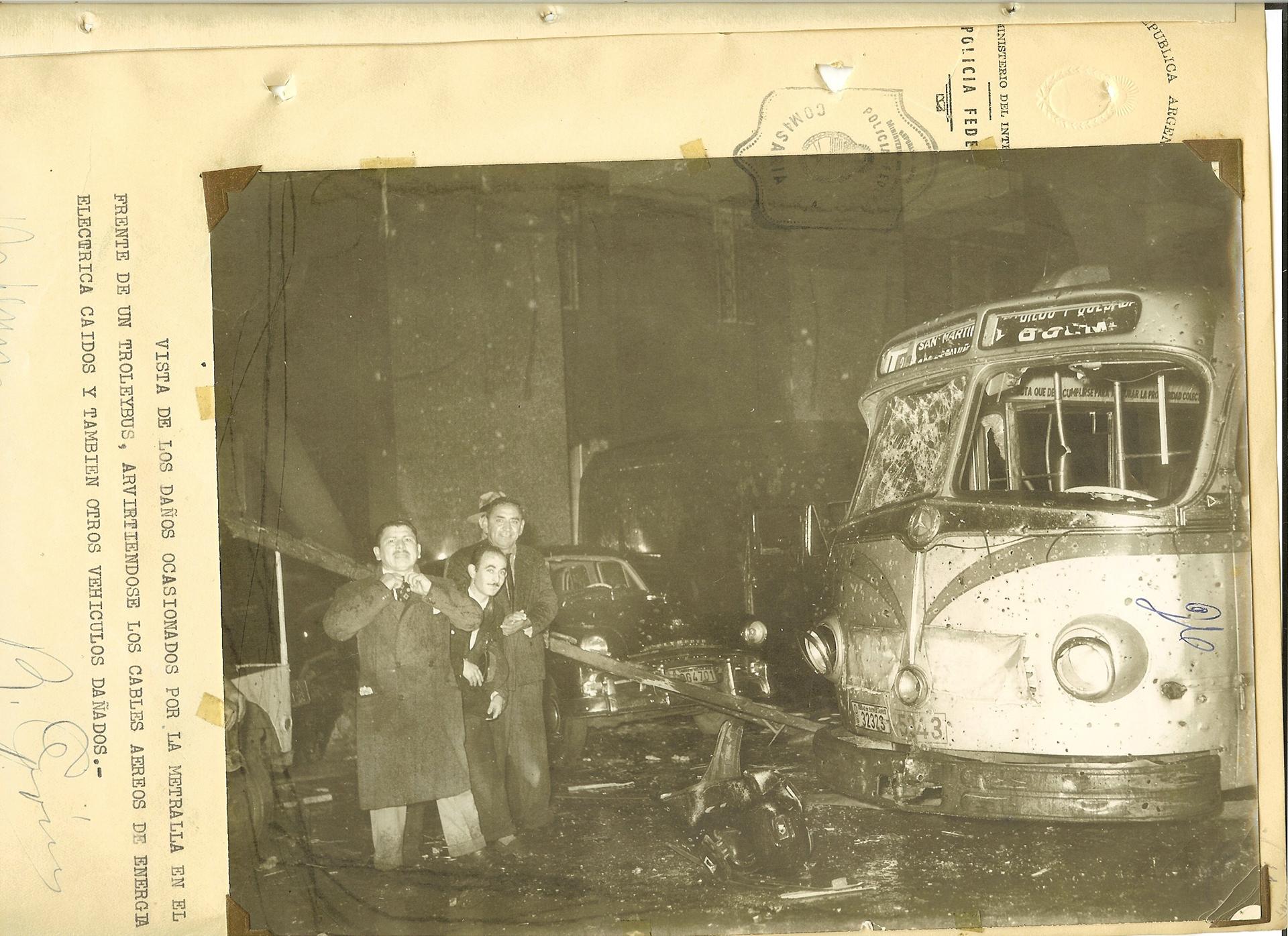 Un trolleybus destrozado. Uno de los tantos daños ocasionados por el bombardeo de la aviación Naval sobre Plaza de Mayo.