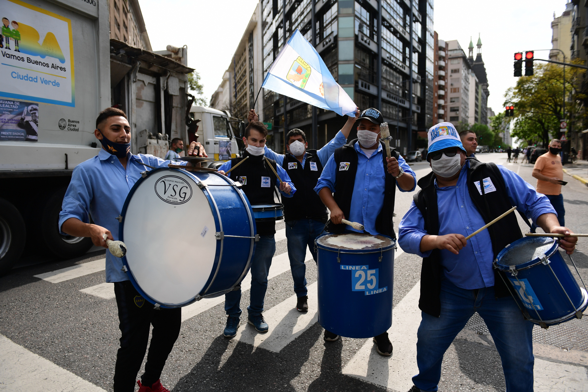 Desde las 7 de la mañana, los trabajadores que responden a Hugo Moyano se congregaron en la avenida 9 de Julio y Belgrano, para después marchar hacia el Obelisco