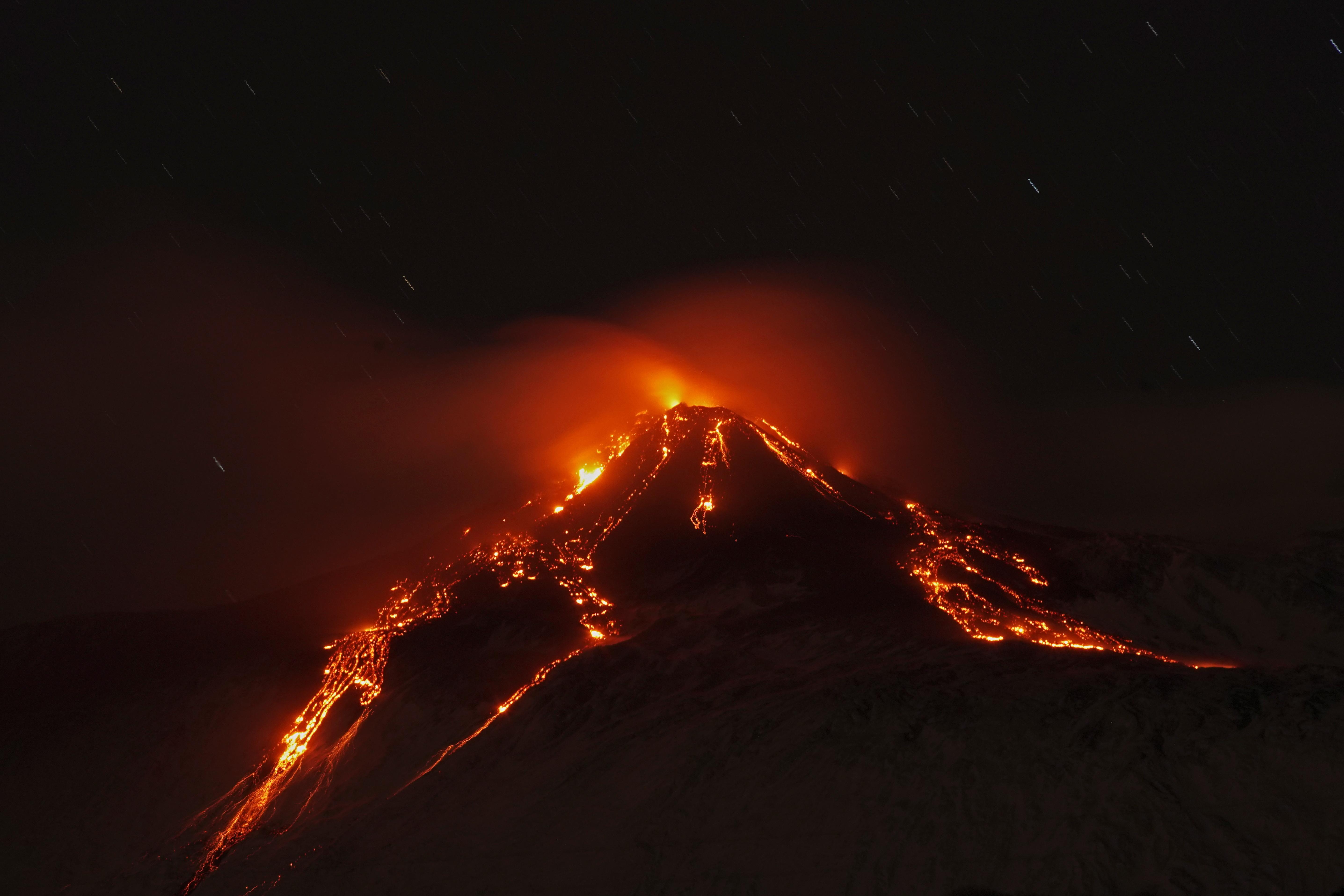Vista del volcán Etna durante una erupción, desde la pequeña villa italiana de Fornazzo (Foto: Reuters/Antonio Parrinello)