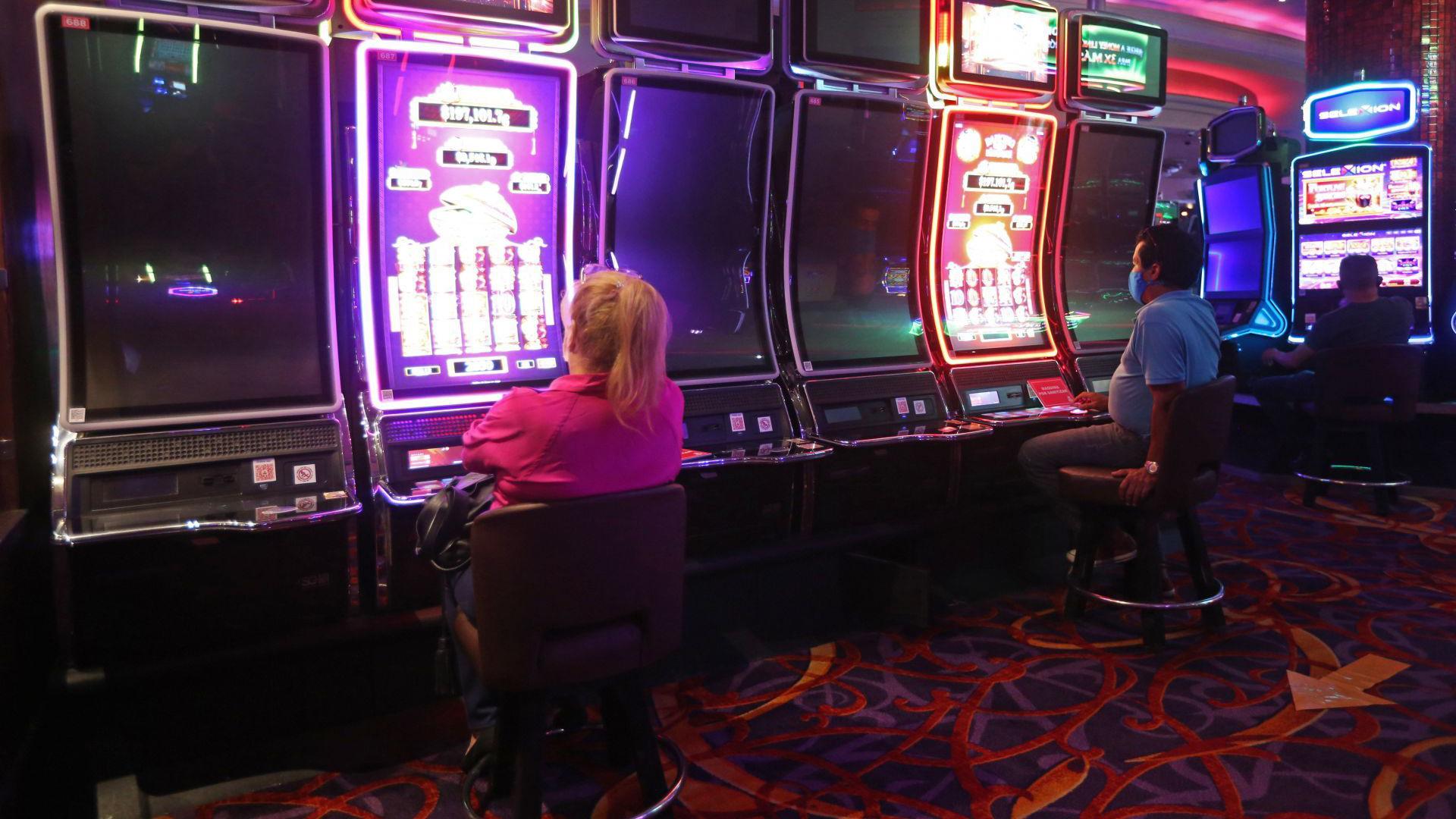 Clientes de un conocido casino de la ciudad, cumplen con el protocolo sanitario correspondiente mientras hacen uso de las instalaciones y después de cinco meses de permanecer cerrados a causa de la pandemia sanitaria del COVID-19 (Foto: Cuartoscuro)