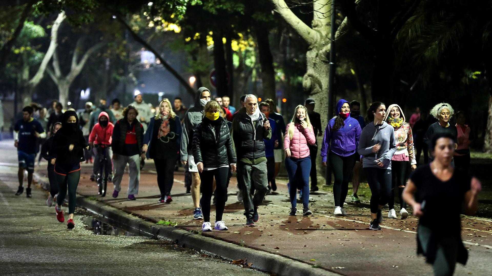 El lunes 8 de junio a las 20 horas empezó a regir la habilitación para salir a hacer actividad física en la Ciudad de Buenos Aires. Miles de porteños salieron a correr, caminar, y andar en bicicleta por parques y plazas, en muchos casos sin respetar la distancia requerida para evitar contagios de COVID-19. En el gobierno de Horacio Rodríguez Larreta hubo un alerta y se advirtió que si crecían los casos de coronavirus se daría marcha atrás con la medida