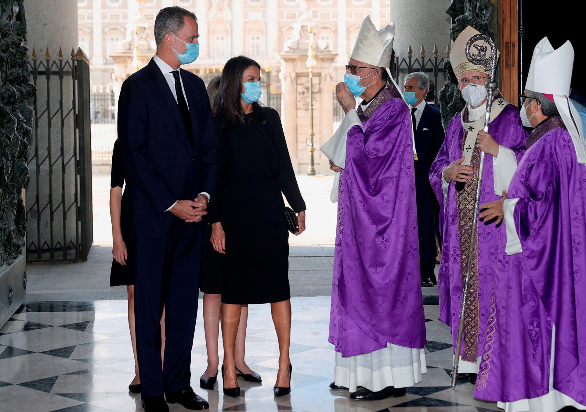 La Familia Real fue recibida por el cardenal Carlos Osoro, arzobispo de Madrid y por el cardenal Juan José Omella, presidente de la Conferencia Episcopal, entidad que organizó el homenaje