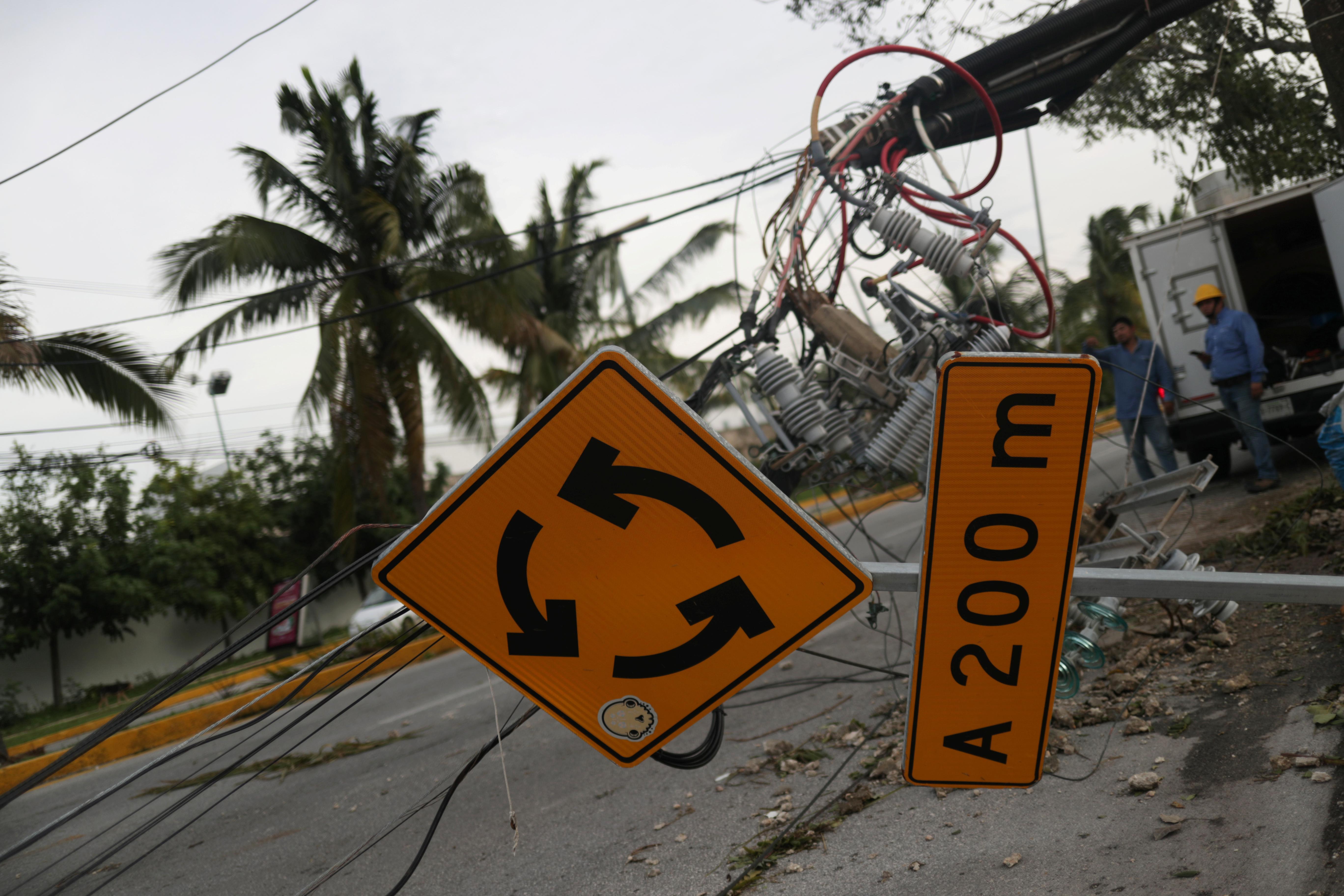 Las líneas de telecomunicaciones y los letreros de las calles dañados se ven a raíz del huracán Delta en Cancún, en el estado de Quintana Roo, México, el 7 de octubre de 2020.