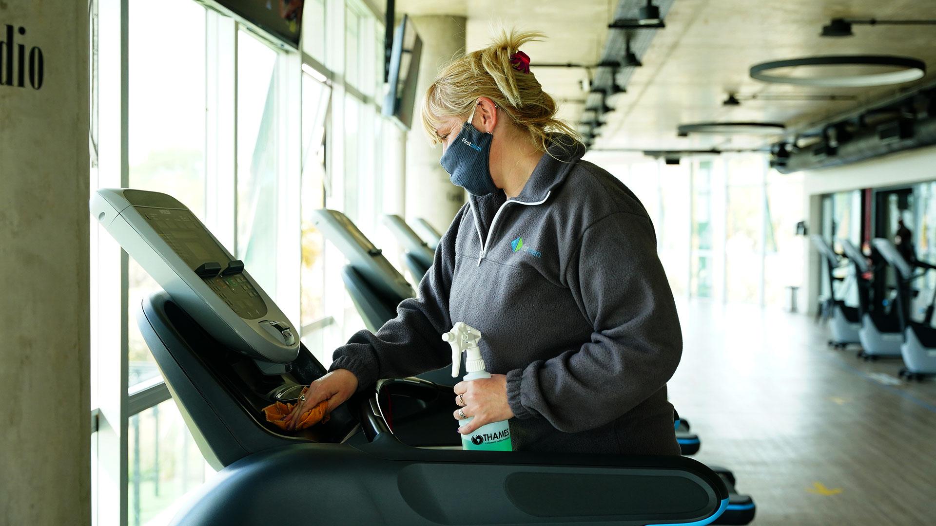 Cada 1.30 horas hay un receso de 20 minutos para desinfectar el gimnasio y los aparatos.