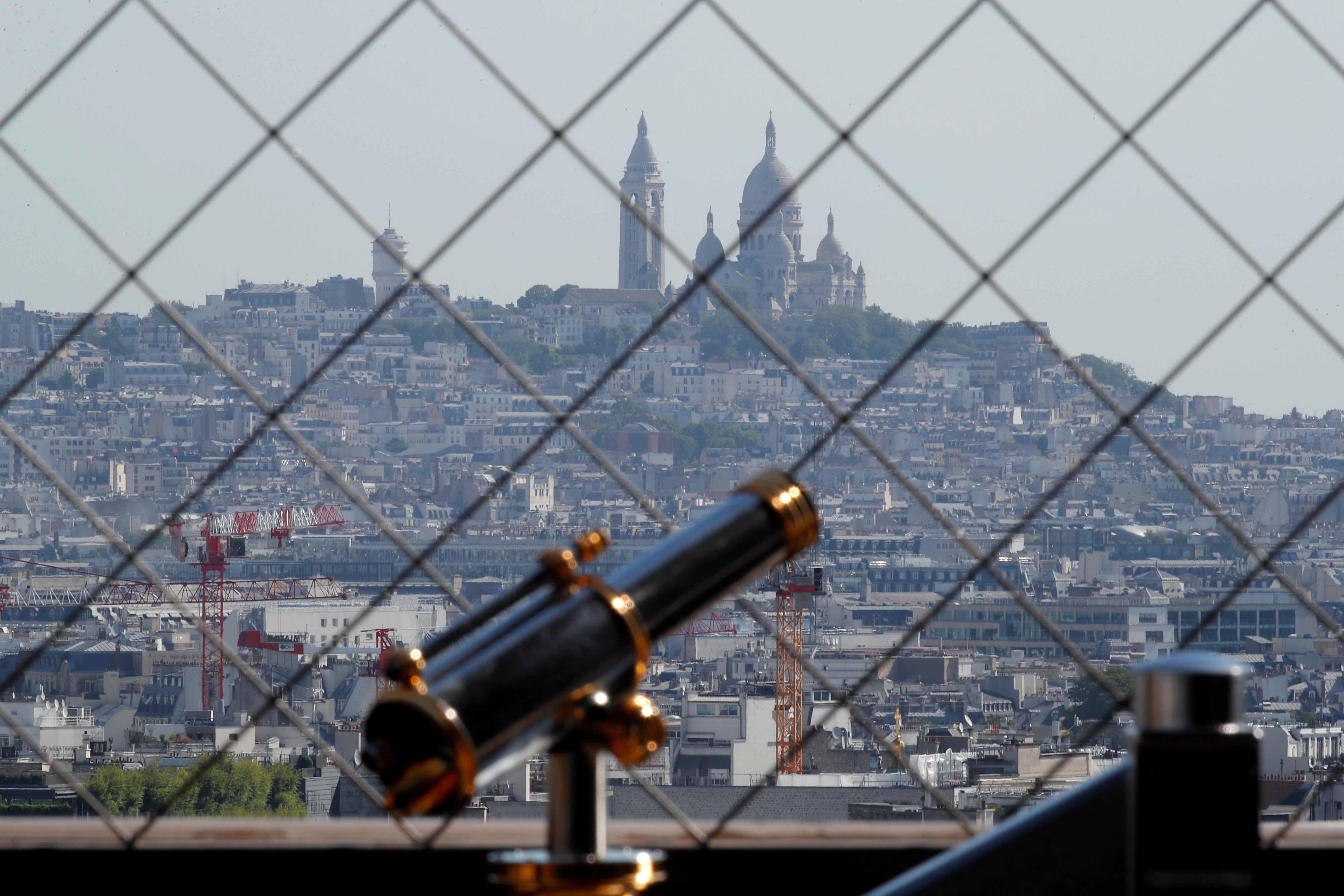 Un telescopio en la Torre Eiffel. En el fondo, la basílica de Sacre-Coeur en Montmartre (REUTERS/Charles Platiau)