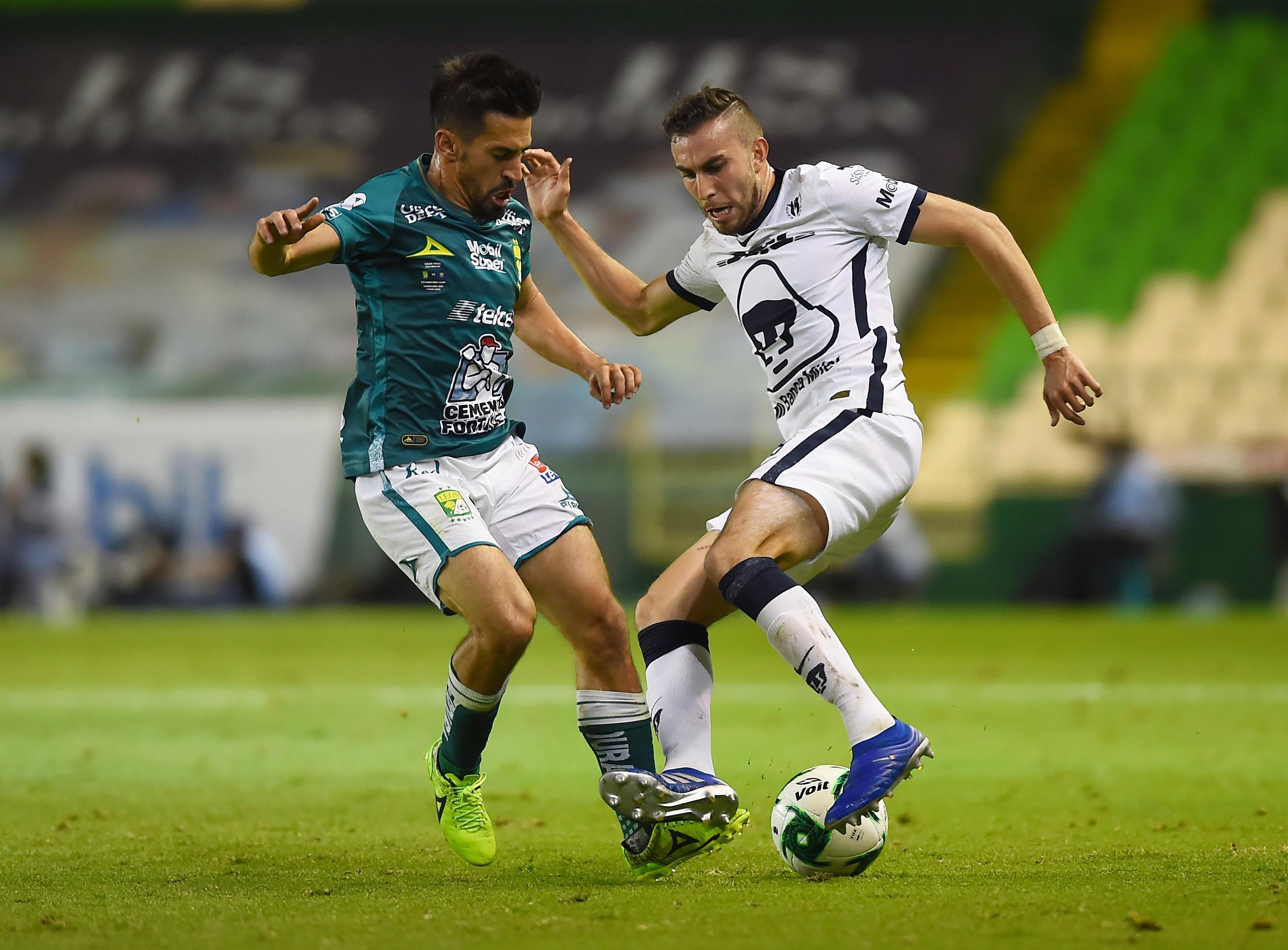 Fernando Navarro de León en acción con Alejandro Mayorga de Pumas UNAM.
