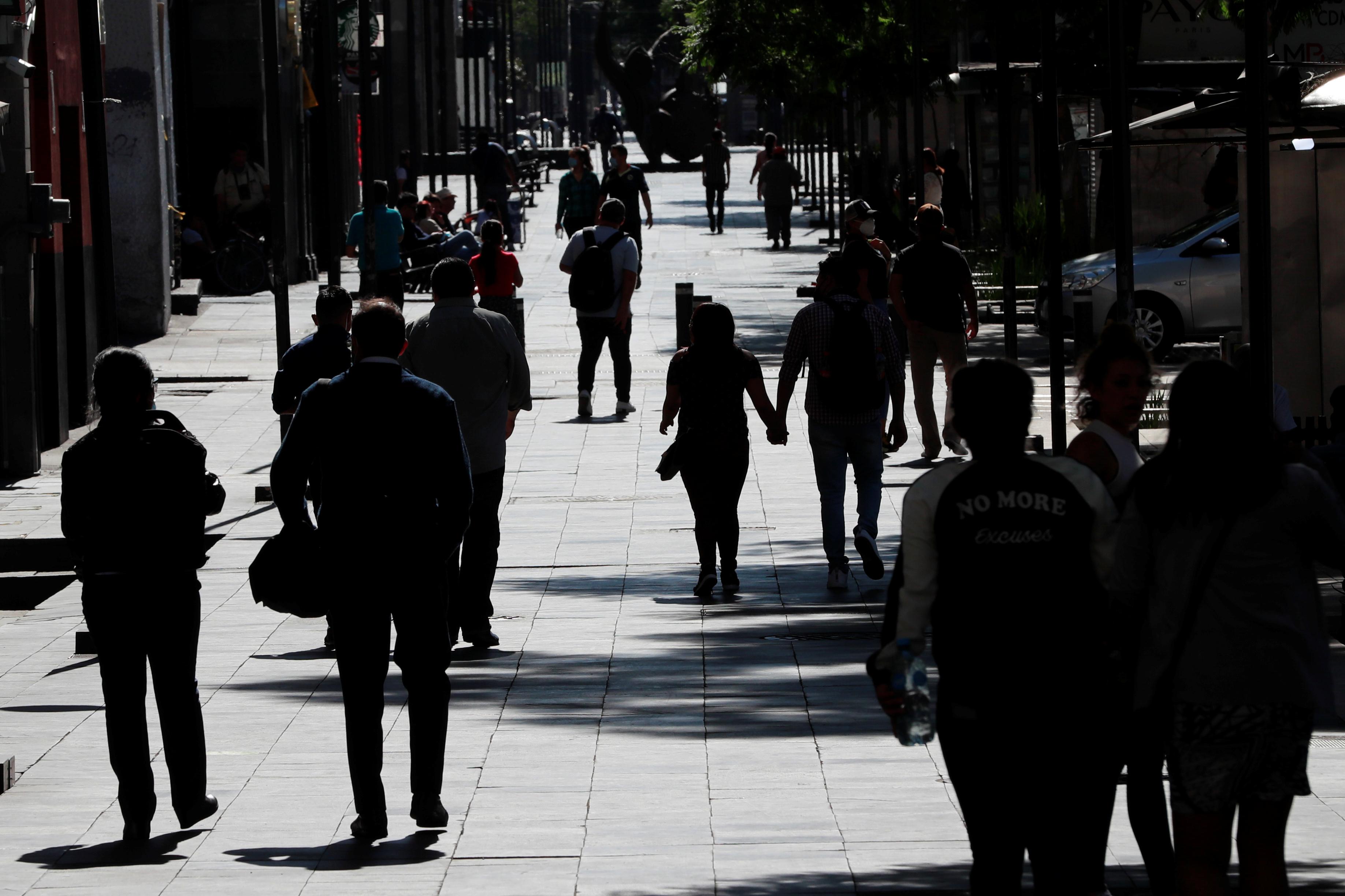 La gente camina en la calle mientras el brote de la enfermedad por coronavirus (COVID-19) continúa en la Ciudad de México, México, 14 de junio de 2020. Foto: Reuters.