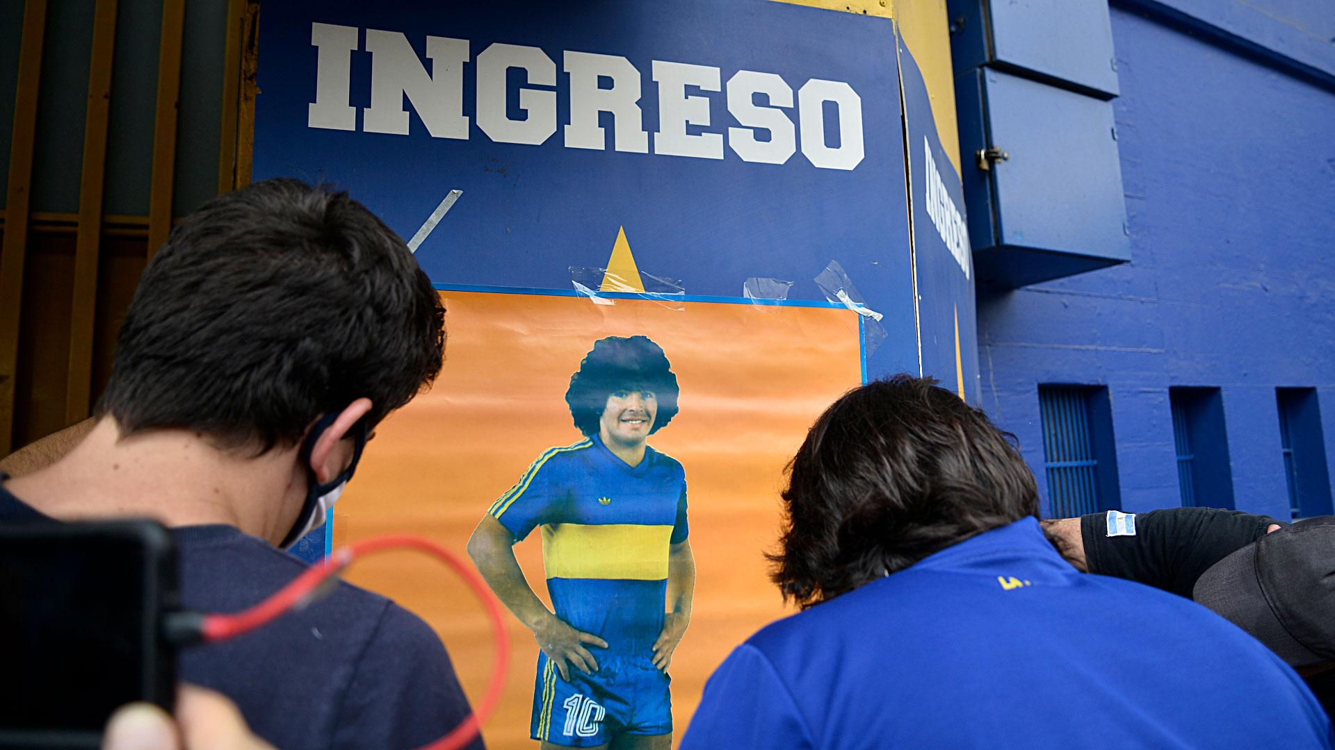 El rezo en la Bombonera, con la imagen de Maradona (Gustavo Gavotti)