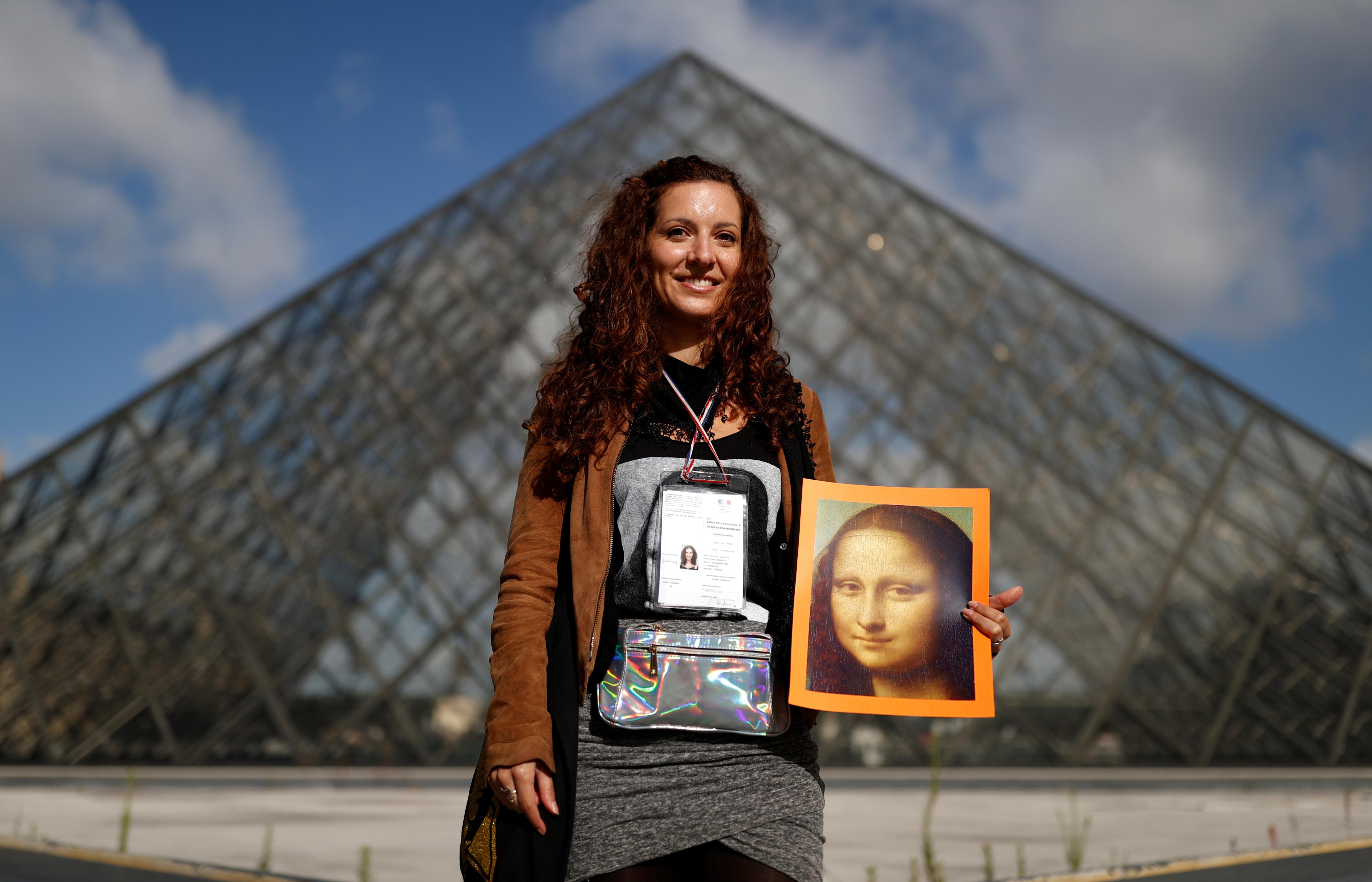 La guía turística Manuela Feuchot-Gazquez posa frente al museo (REUTERS/Christian Hartmann)