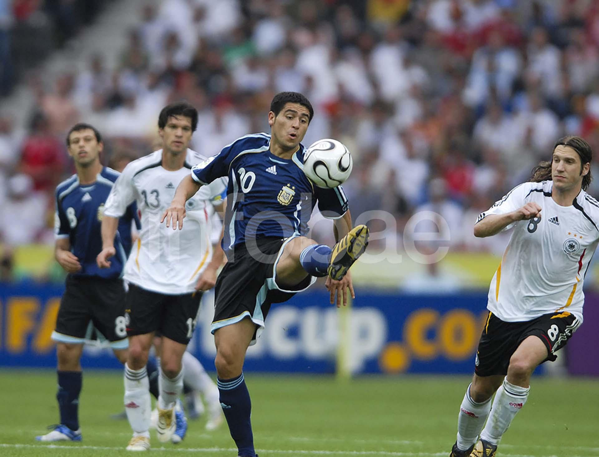 Juan Román Riquelme controla la pelota en el duelo en el que Argentina cayó ante Alemania por penales en cuartos de final y quedó eliminada del Mundial 2006