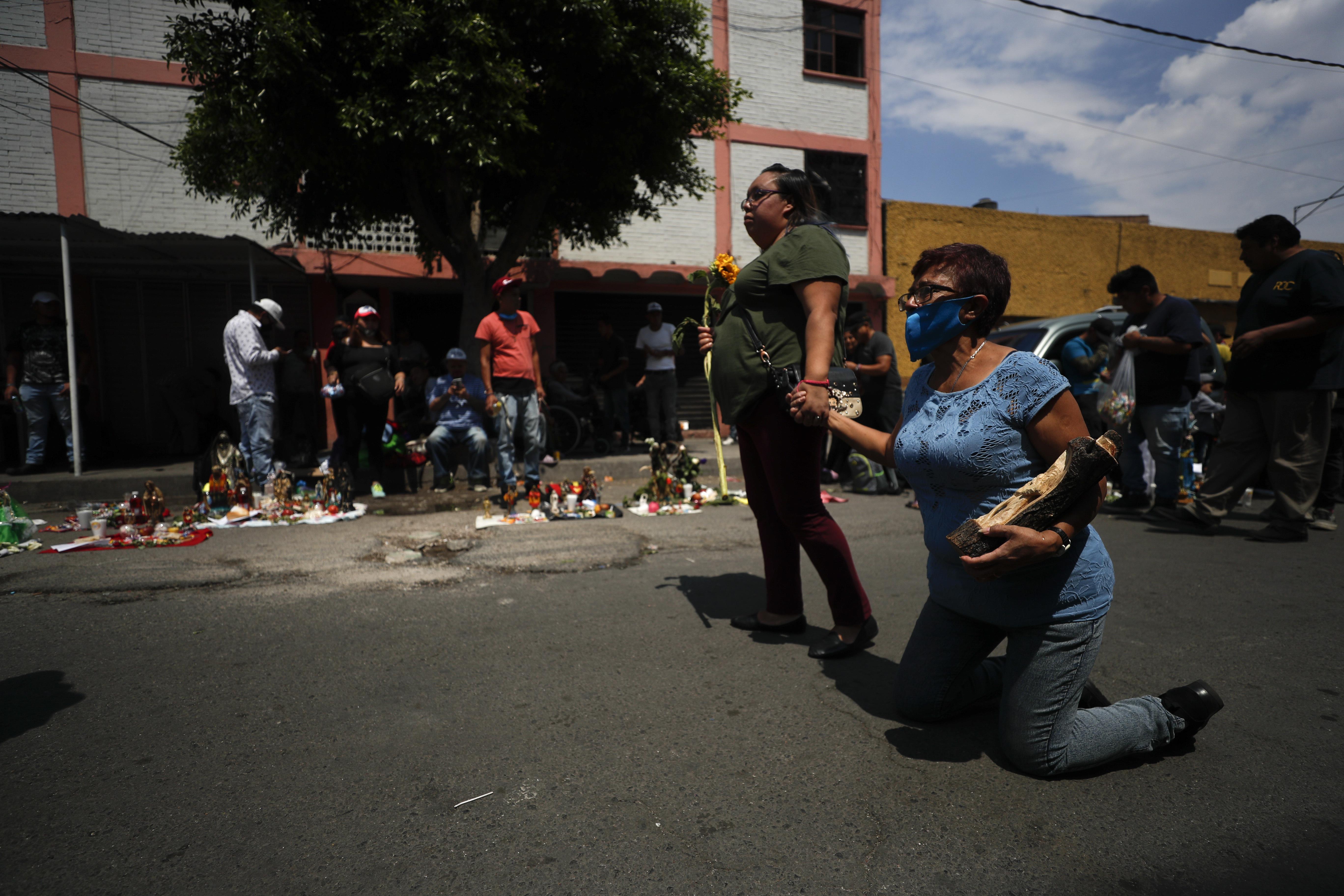 Un peregrino se dirige de rodillas hacia el altar de la Santa Muerteen el barrio de Tepito, Ciudad de México, el lunes 1 de junio de 2020. (Foto: AP / Rebecca Blackwell)