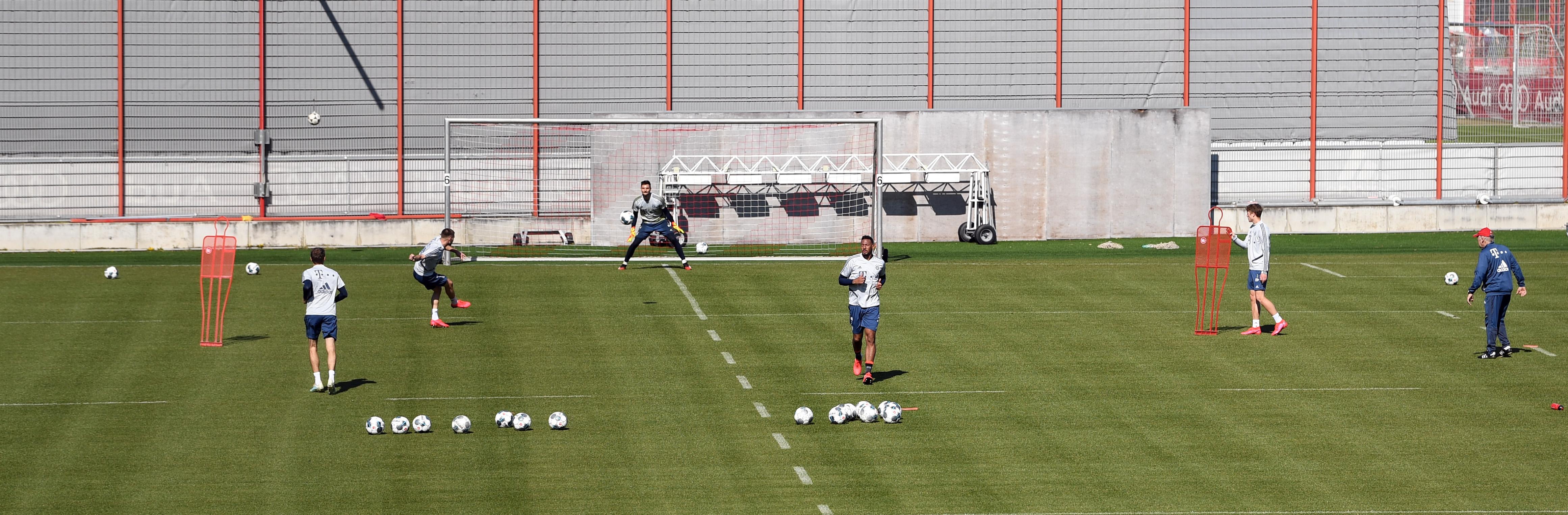 El primer entrenamiento del Bayern Múnich. Sus jugadores mantuvieron respeto al protocolo de distanciamiento social para su realización. (REUTERS/Andreas Gebert)