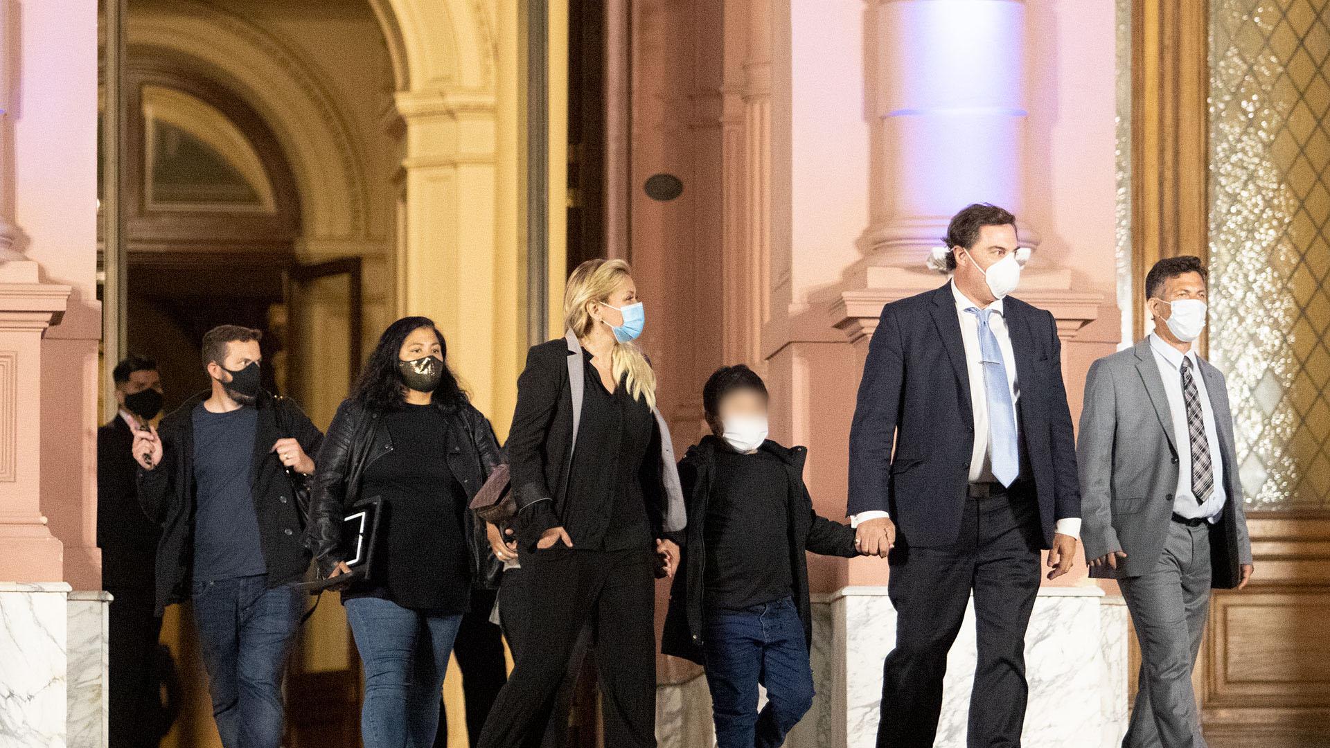 Verónica Ojeda, su hijo Diego Fernando Maradona, en la entrada de Casa Rosada