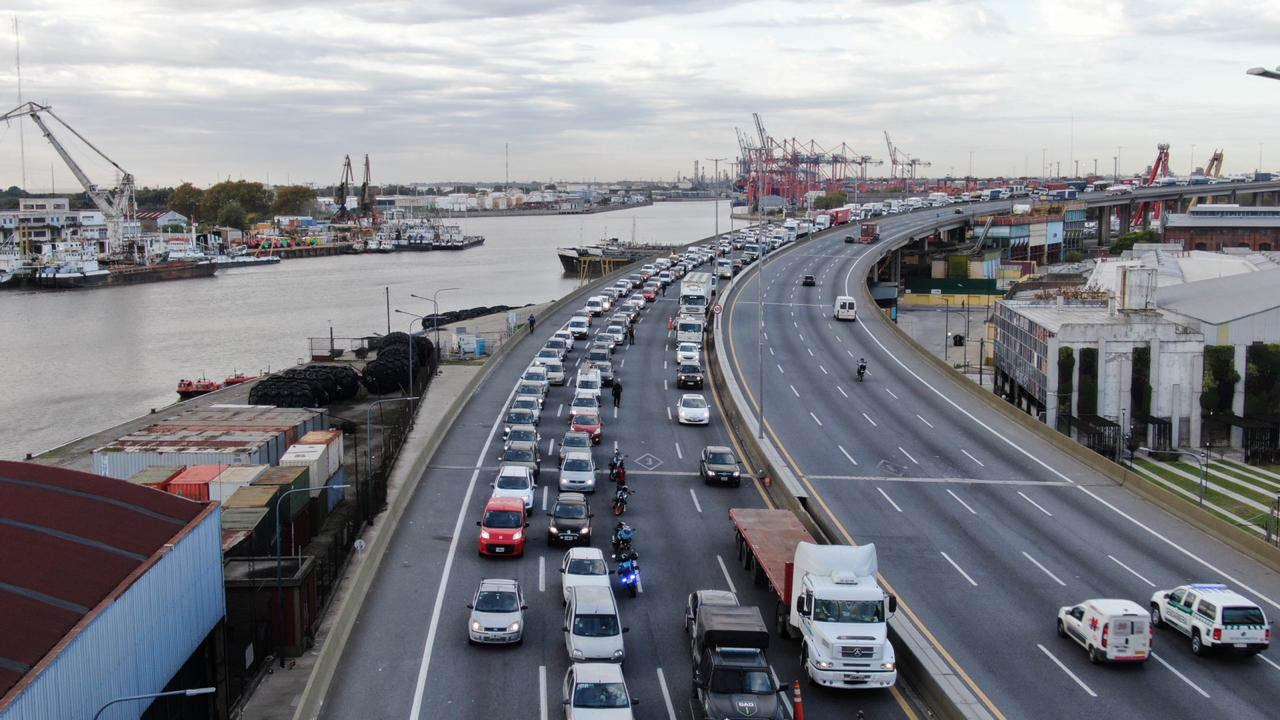 Largas filas de vehículos en el ingreso a CABA en la autopista Buenos Aires-La Plata. A partir de los nuevos permisos a distintas actividades, el congestionamiento se incrementó. Con el aumento de casos de COVID-19, a partir de esta semana los controles vehiculares serán más exhaustivos y en más puntos de entrada a la Ciudad.