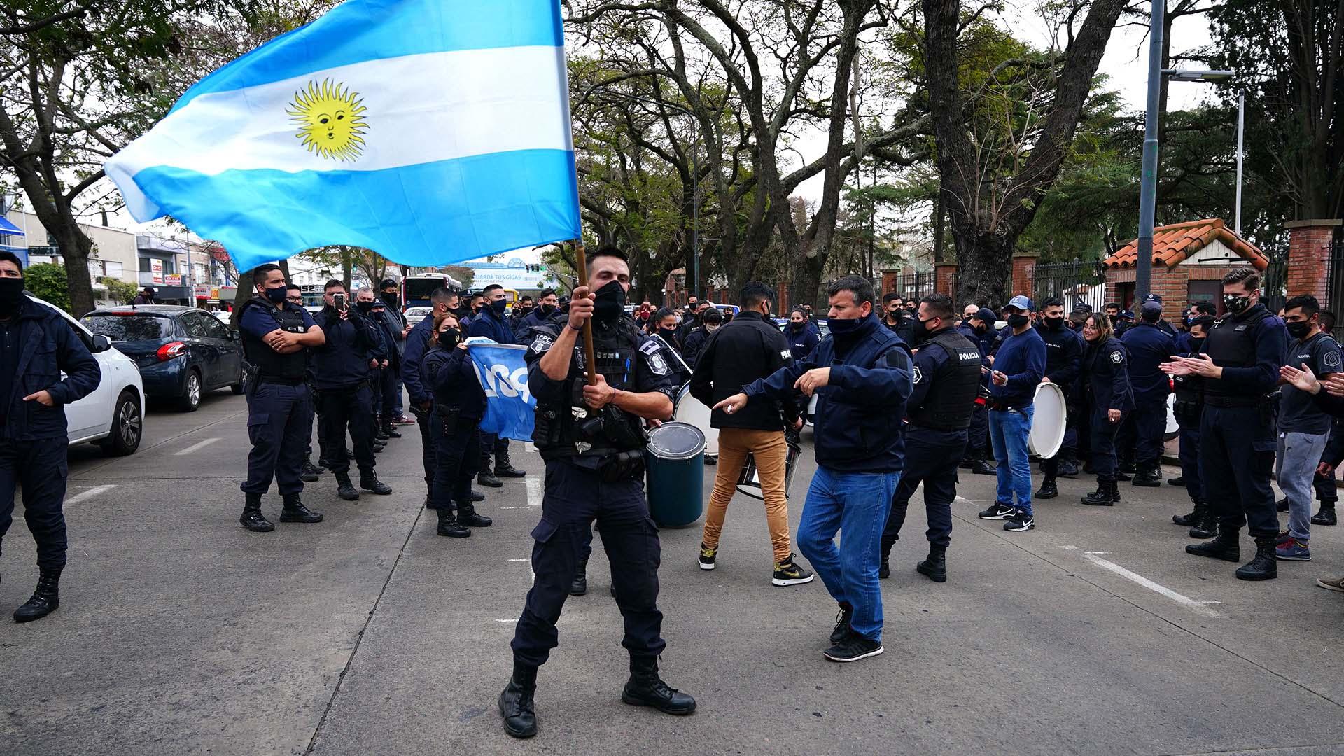 El reclamo escaló hasta la Quinta de Olivos: efectivos de la Policía Bonaerense protestaron frente a la residencia presidencial con el sonido de las sirenas para reclamar por mejores condiciones laborales y aumento de salarios