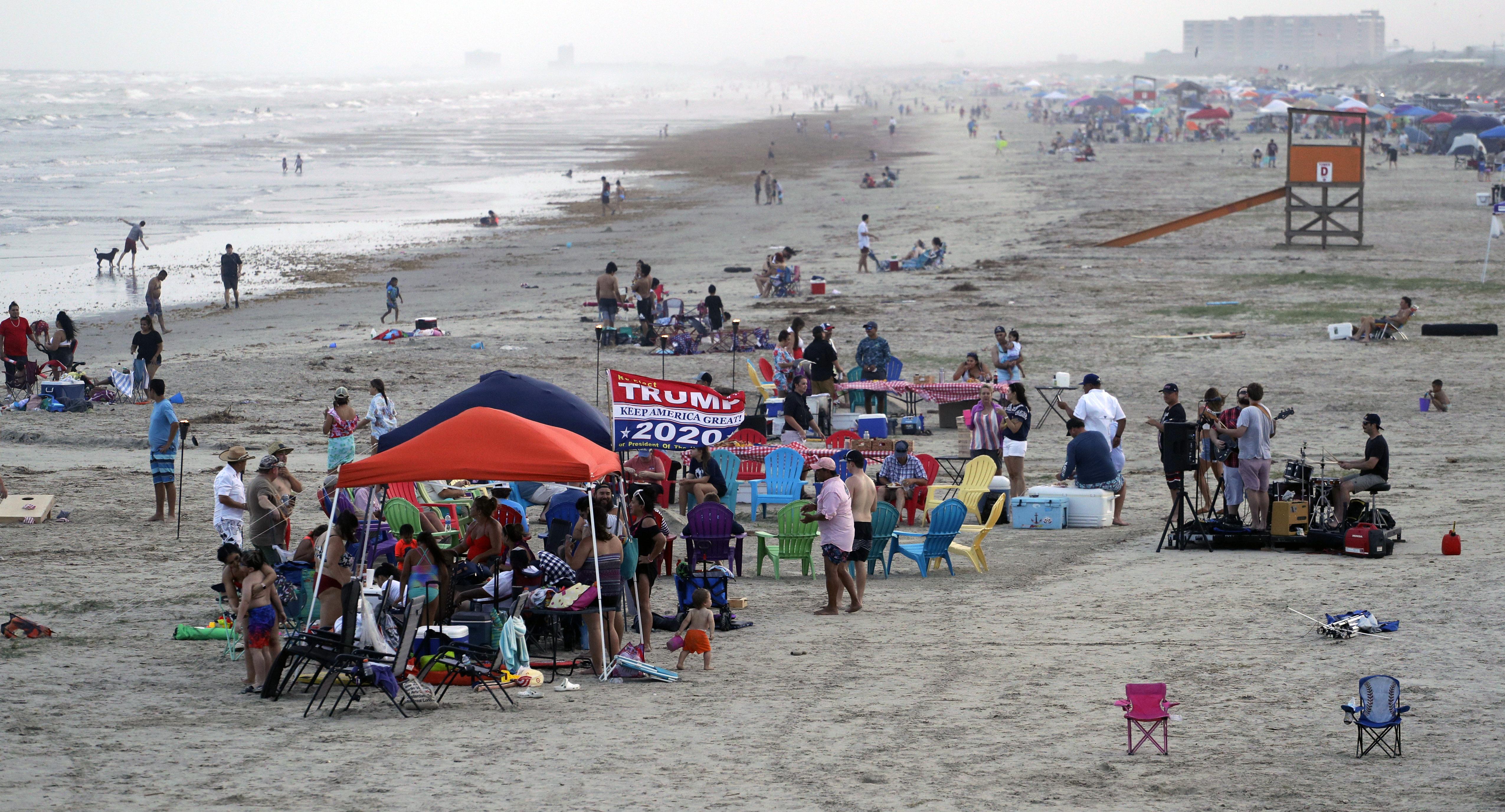 Un grupo colgó una bandera de Trump en Port Aransas, Texas (AP)