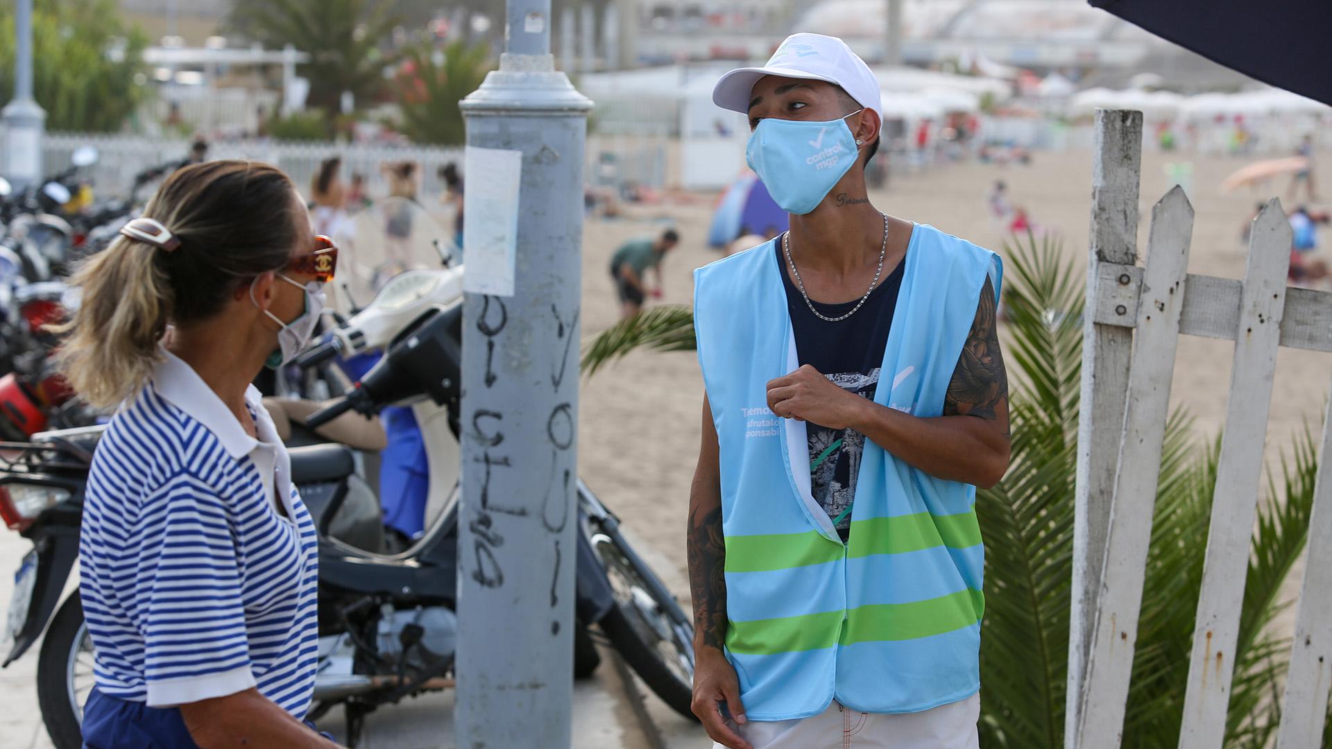 En los ingresos a las playas más concurridas, los agentes de control del municipio de General Pueyrredón controlan que los turistas no ingresen con bebidas alcohólicas.