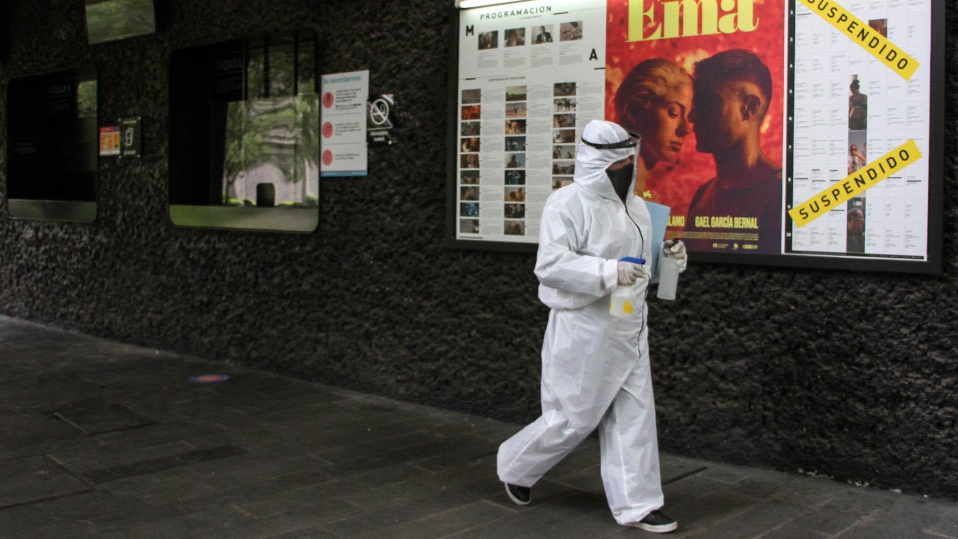 Un empleado de la Cienteca con un traje de protección recorre los pasillos del recinto durante la reapertura del lugar (Foto: Cuartoscuro)