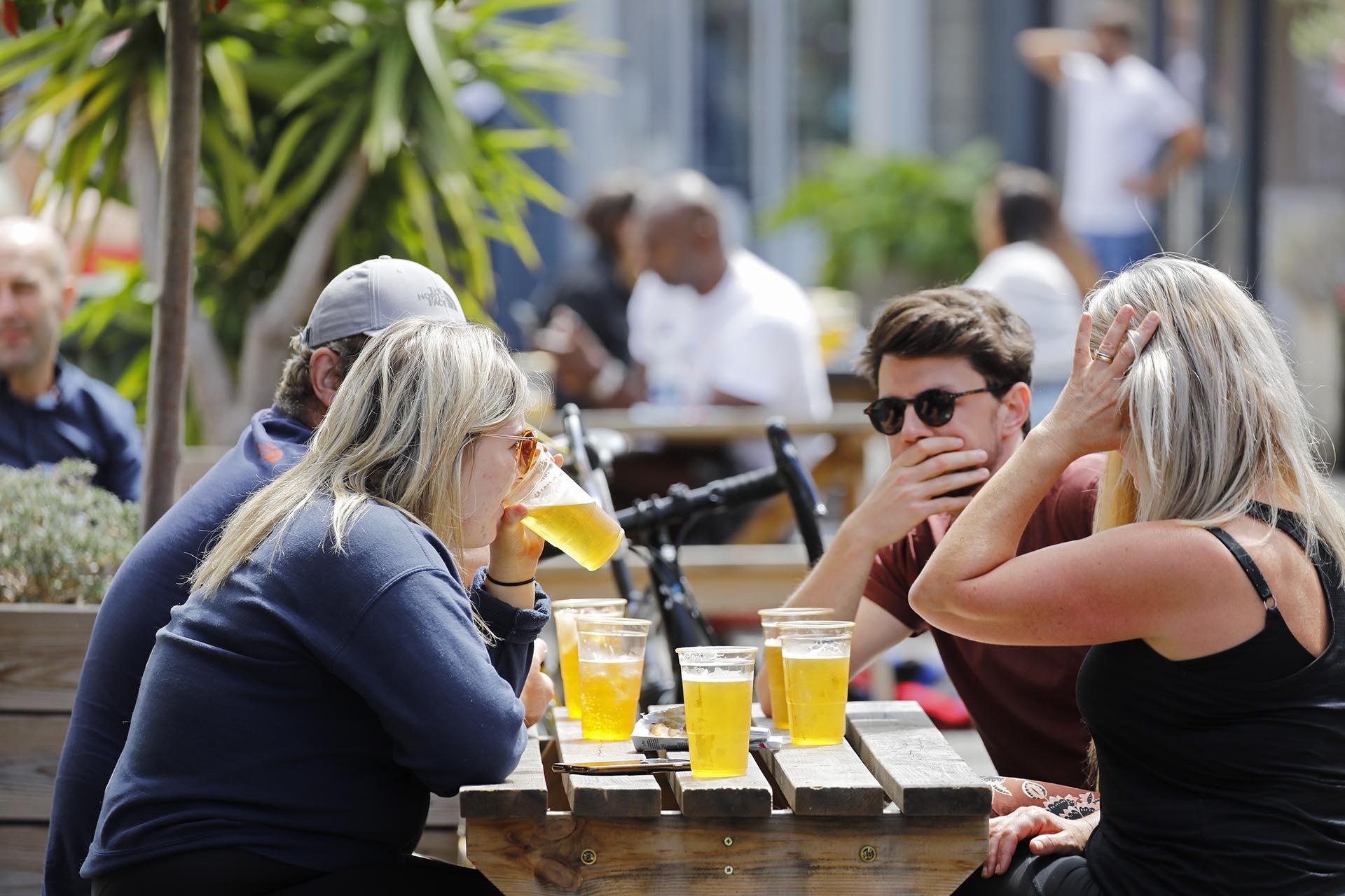 Un grupo de personas en un bar al aire libre (Tolga AKMEN / AFP)