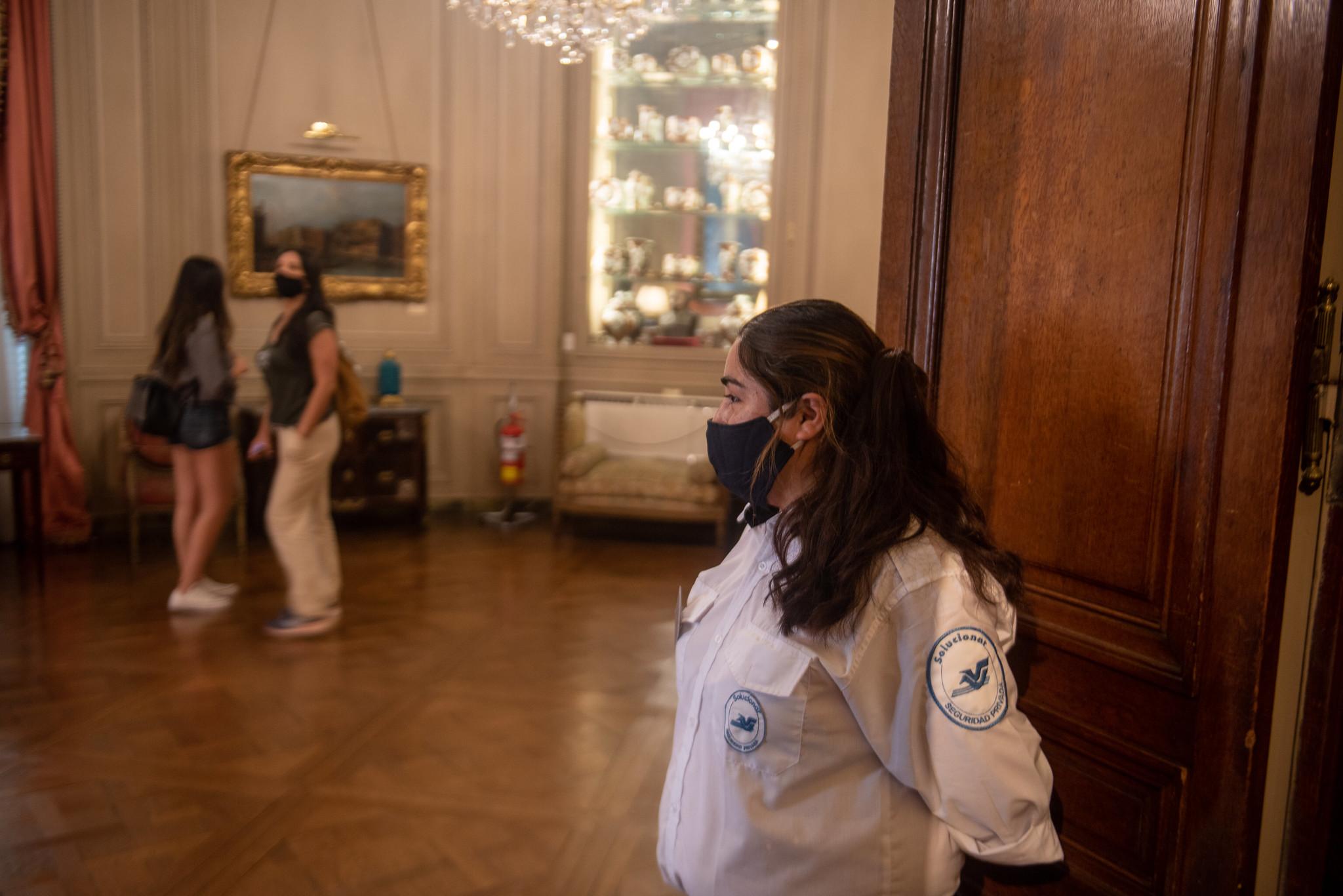 Los empleados de seguridad del lugar controlan que los visitantes cumplan con los requisitos sanitarios (Ministerio de Cultura)