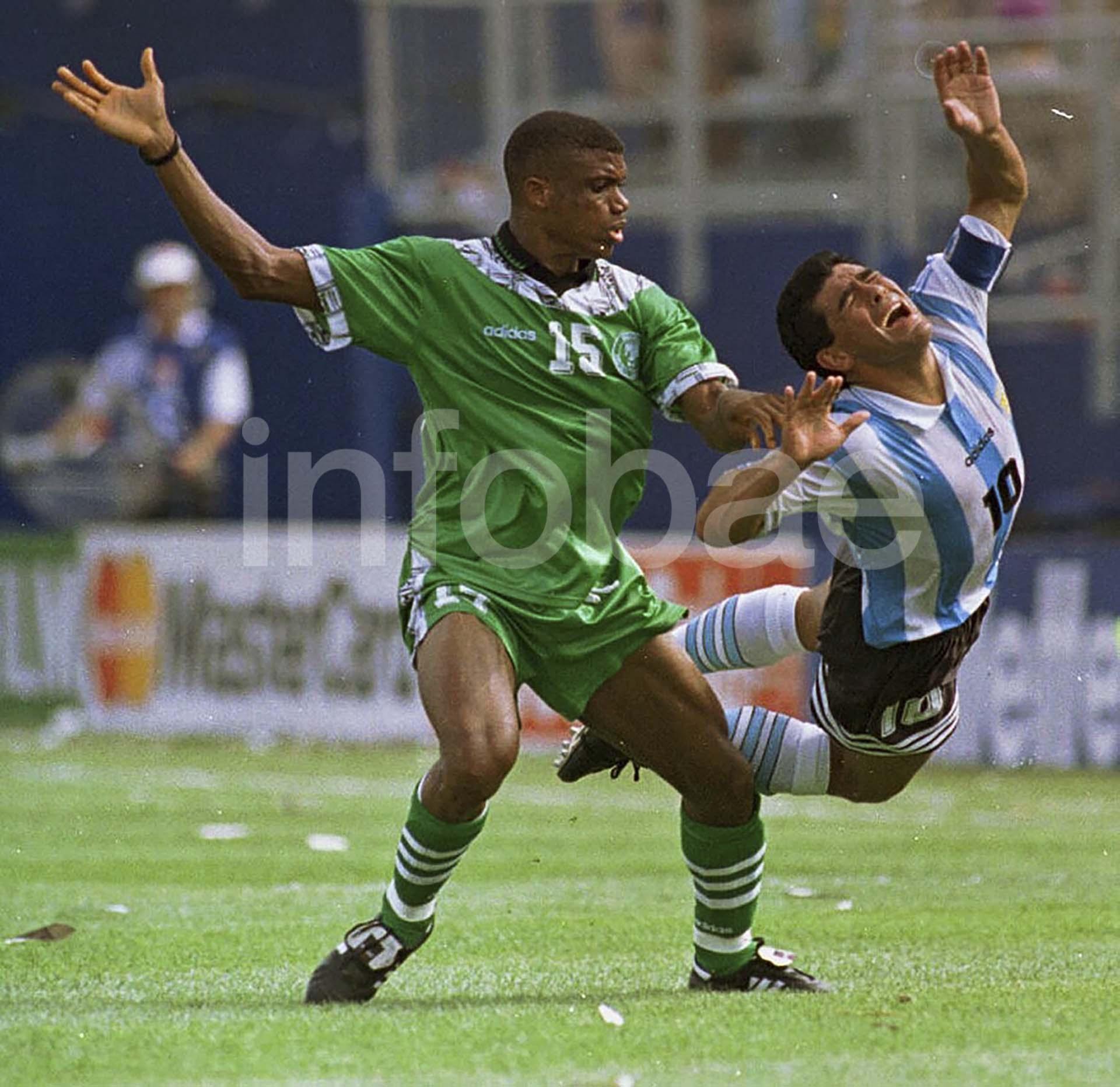 Diego Maradona sufre una falta en el partido ante Nigeria en Estados Unidos 1994. Luego daría positivo en el control antidoping y se perdería el resto del torneo