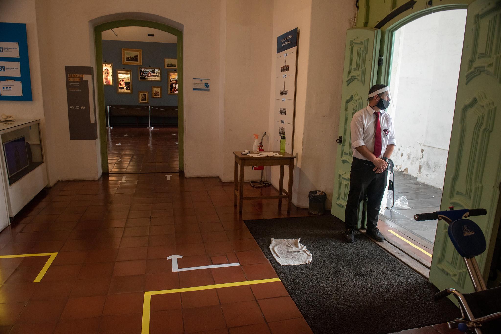 En la entrada, un guardia controla que quienes ingresan cumplan con las normas sanitarias (Ministerio de Cultura)
