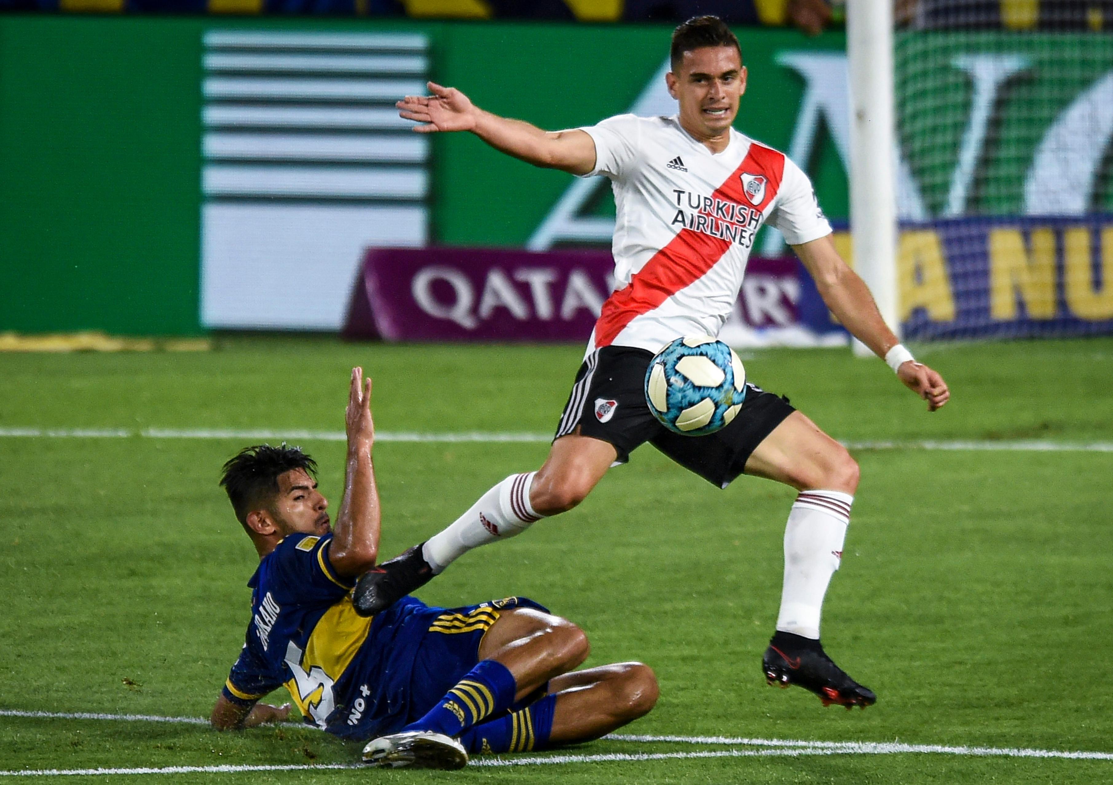 Zambrano, firme contra Borré en la primera etapa (REUTERS/Marcelo Endelli)