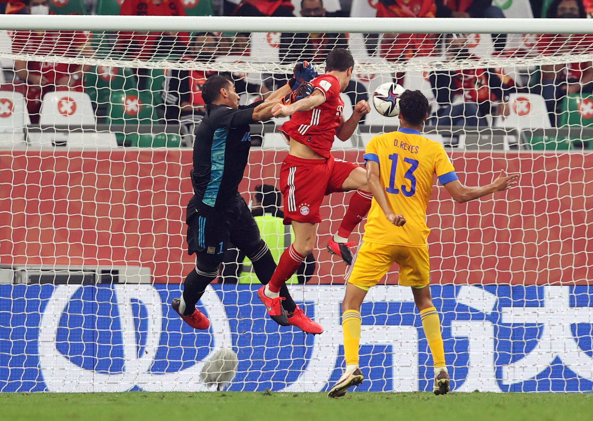 Benjamin Pavard marca el primer gol para el Bayern Múnich.