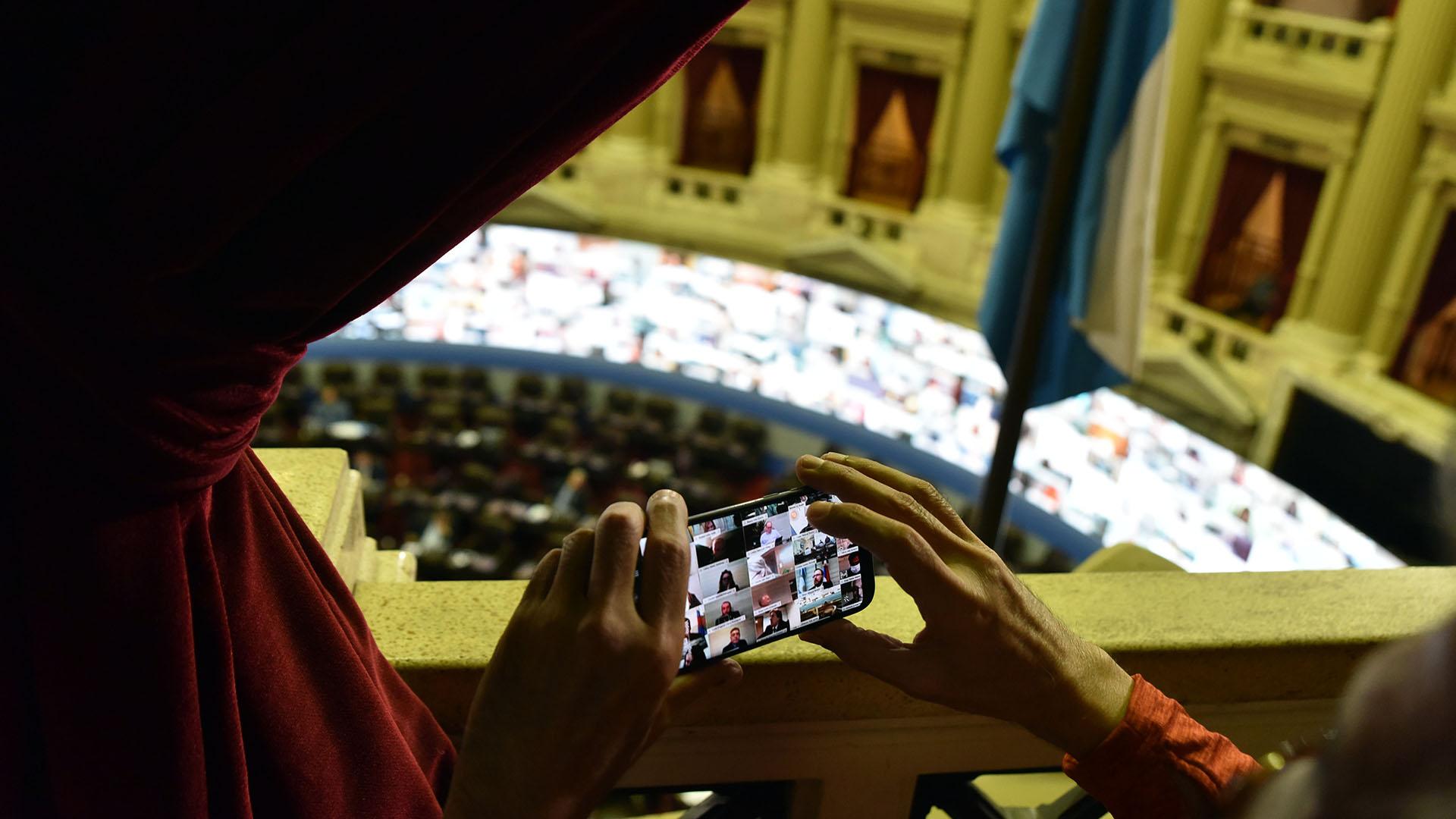 El registro de una imagen impensada: los legisladores sesionando mediante una pantalla