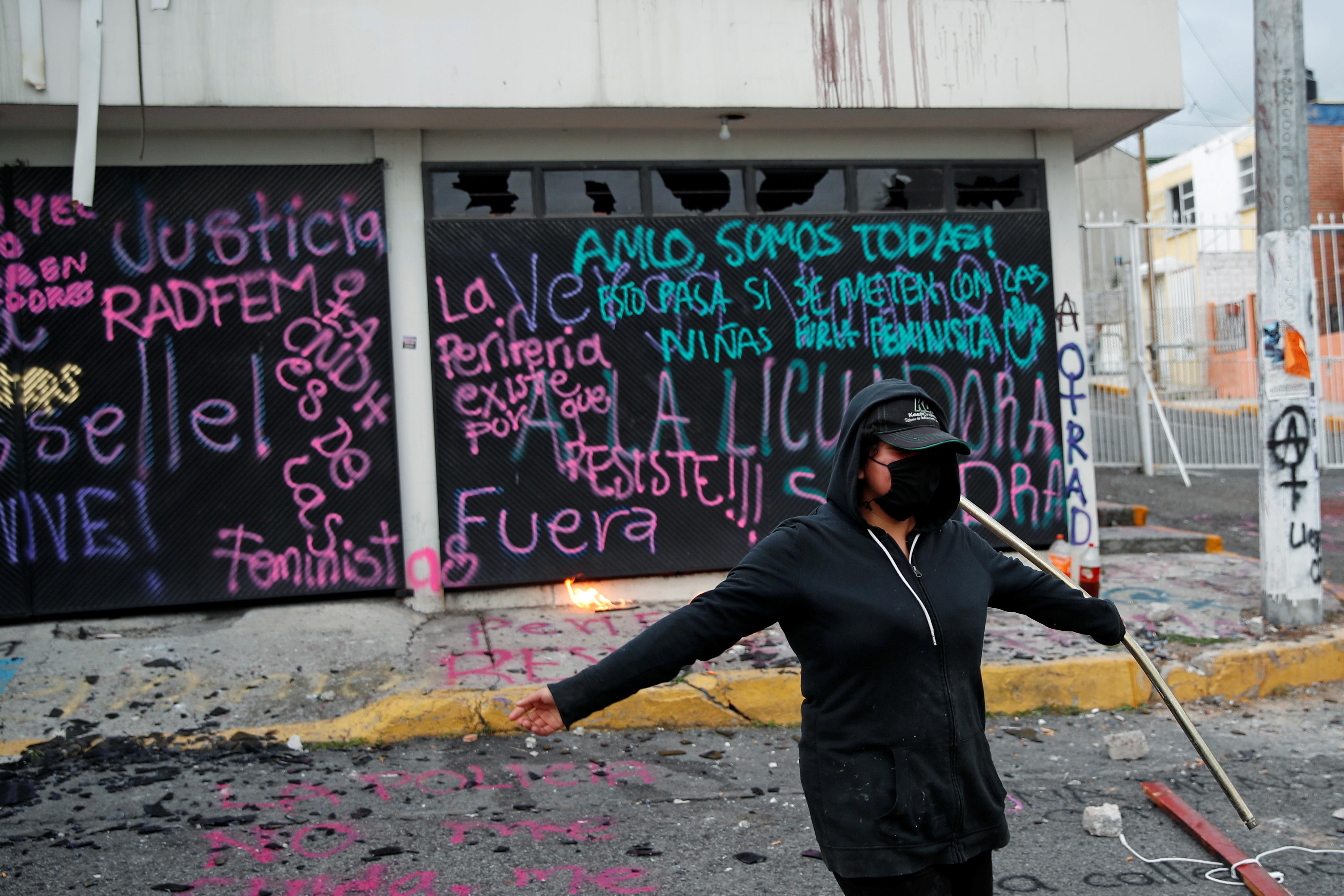 Una integrante de un colectivo feminista es vista en las instalaciones vandalizadas de la comisión de derechos humanos del estado de México, en apoyo a víctimas de violencia de género, en Ecatepec, Estado de México, México el 11 de septiembre de 2020.