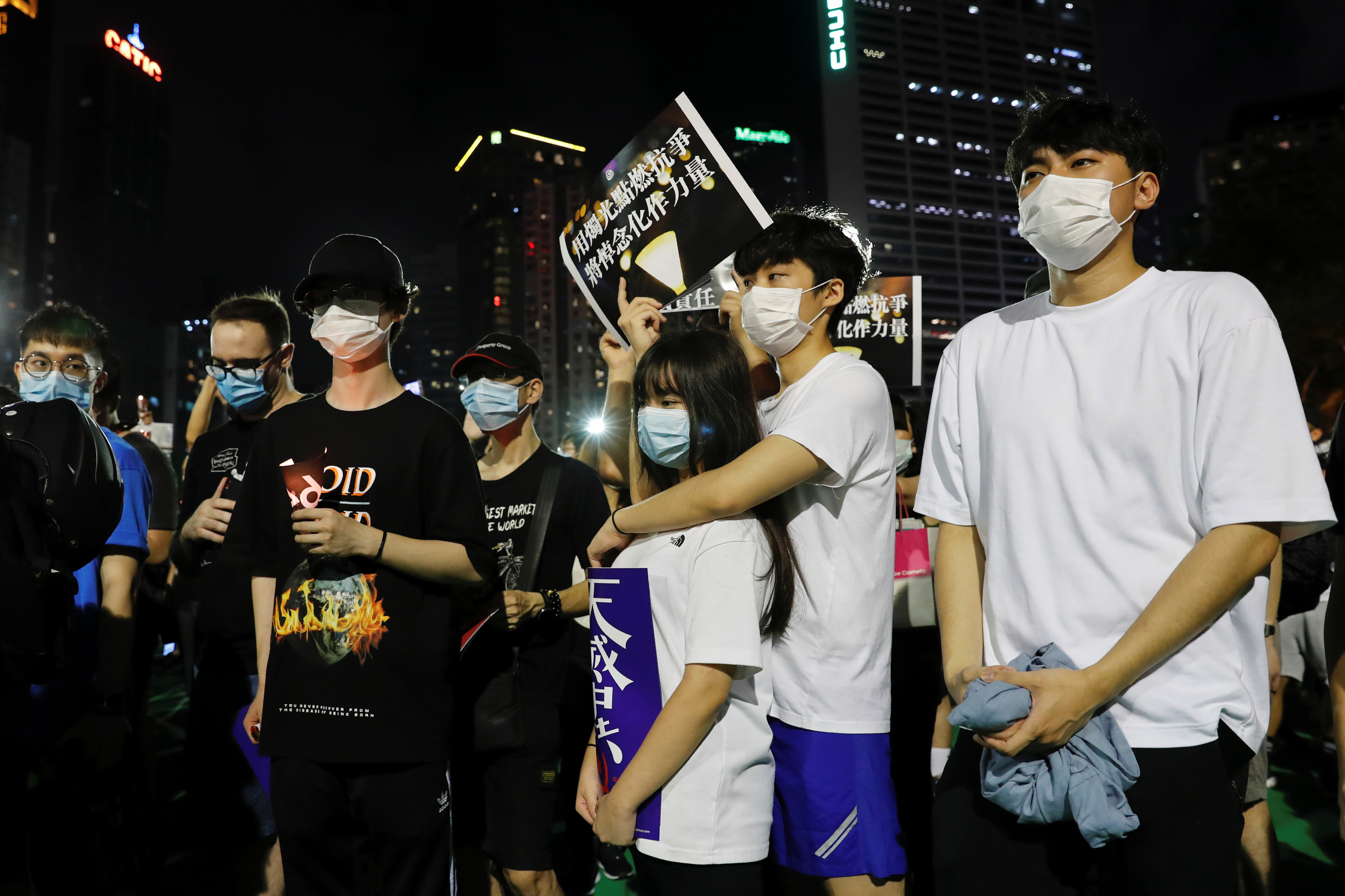 Ante una imponente presencia policial, los hongkoneses decidieron salir en grupos de menos de 8 personas para guardar la distancia de seguridad y evitar aglomeraciones, y encendieron en las calles velas compradas en puestos habilitados a tal efecto (REUTERS/Tyrone Siu)
