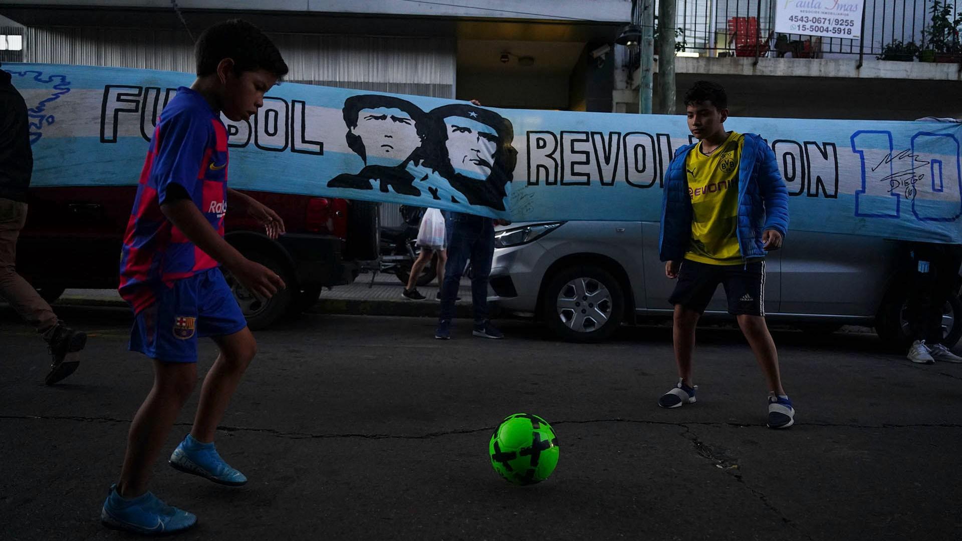 Fútbol en homenaje al astro en la vigilia de los fanáticos