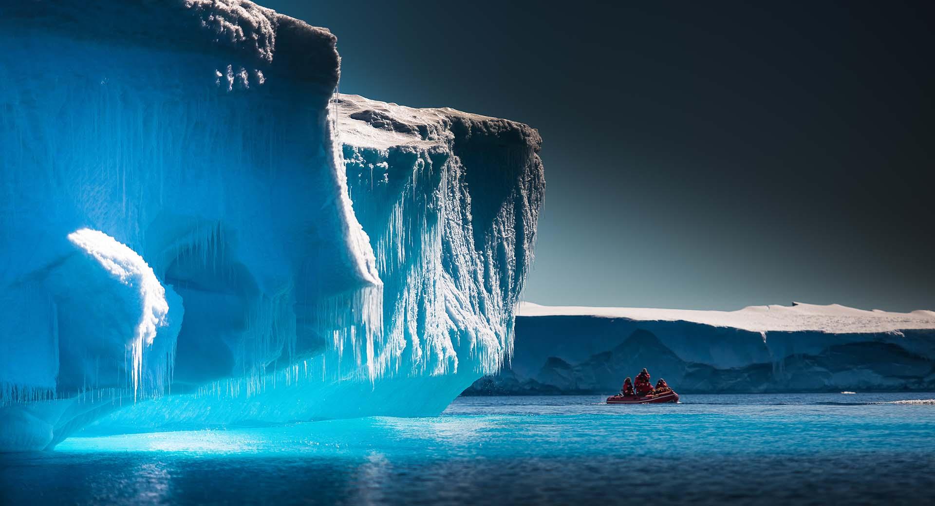 El glaciar Lambert de la Antártida es el glaciar más grande y de mayor movimiento del mundo. Tiene 100 km de ancho, 400 km de largo y cerca de 2.500 m de profundidad. El glaciar Lambert es parte de la Antártida oriental y la enorme capa de hielo antártico. La corriente del glaciar Lambert drena alrededor del 8% de la capa de hielo antártico. No hay demasiadas fotografías de él porque las condiciones meteorológicas del lugar en el que se desliza lentamente son demasiado adversas