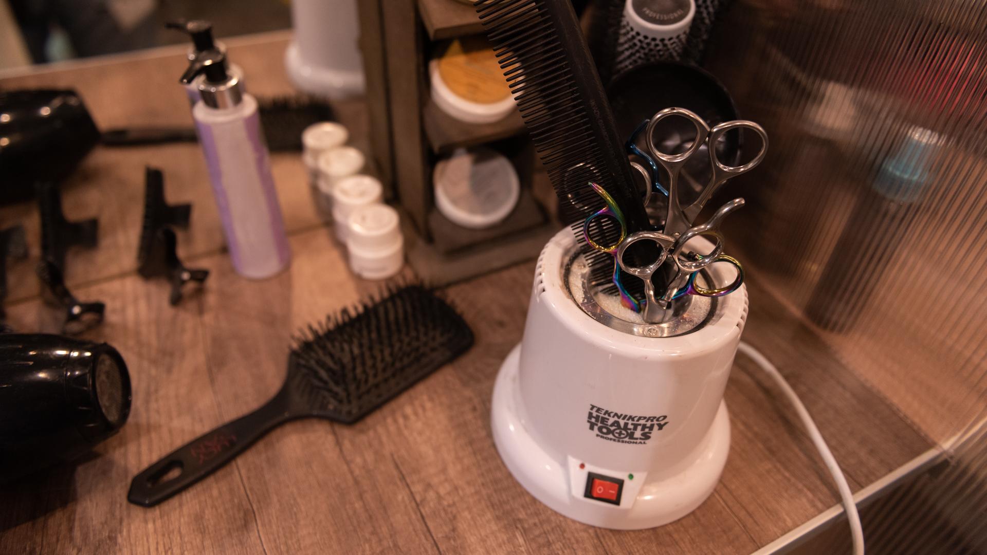 El profesional dispone de su propio kit personal de trabajo: no se pueden compartir los productos entre estilistas durante el servicio y tienen que ser higienizados constantemente