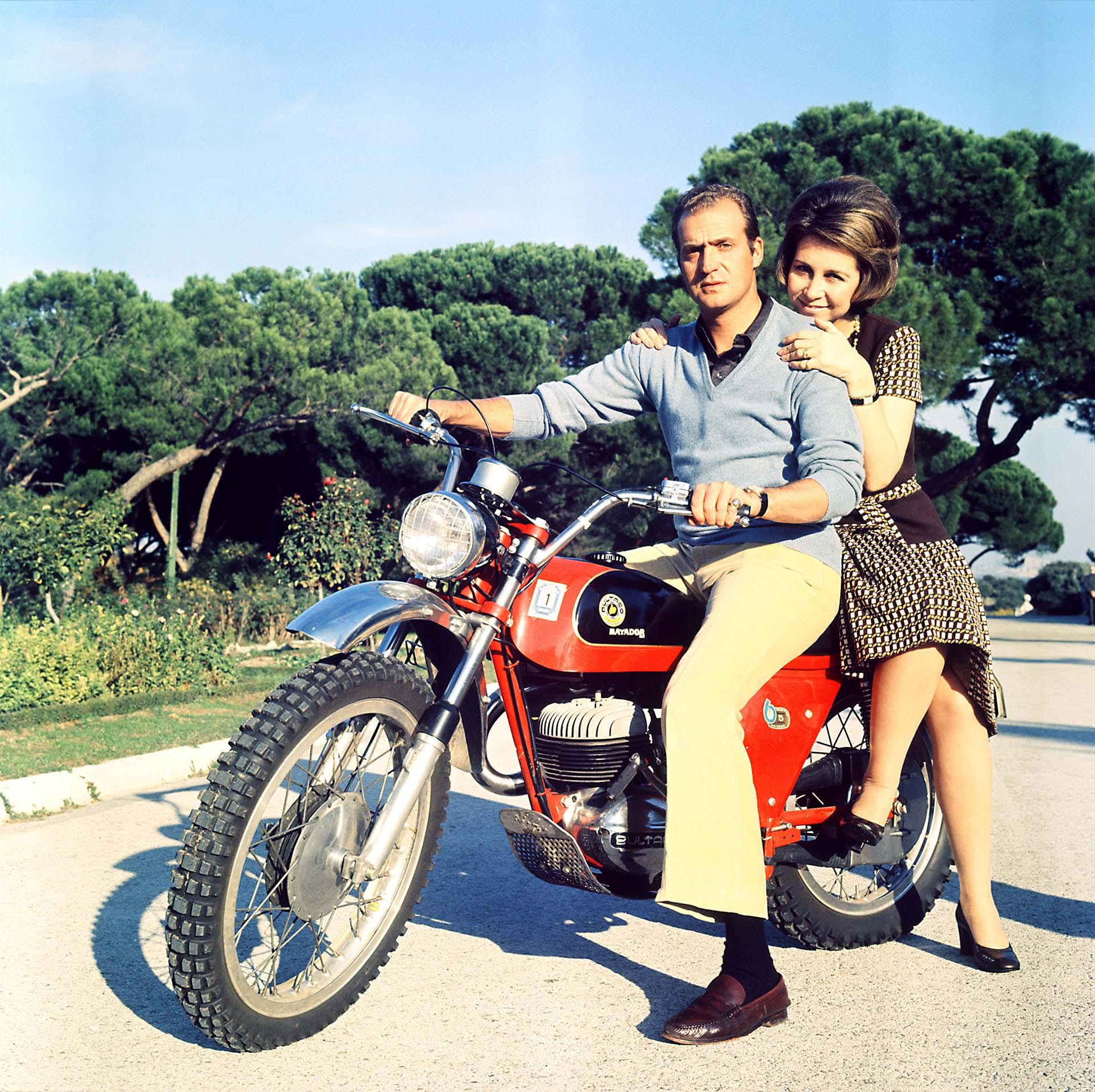 Juan Carlos aún como Príncipe con su esposa Sofía montando su moto en los terrenos del Palacio de la Zarzuela, Madrid, España. Todavía no había sido coronado rey (Shutterstock)