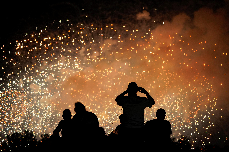 Personas le toman a los fuegos artificiales