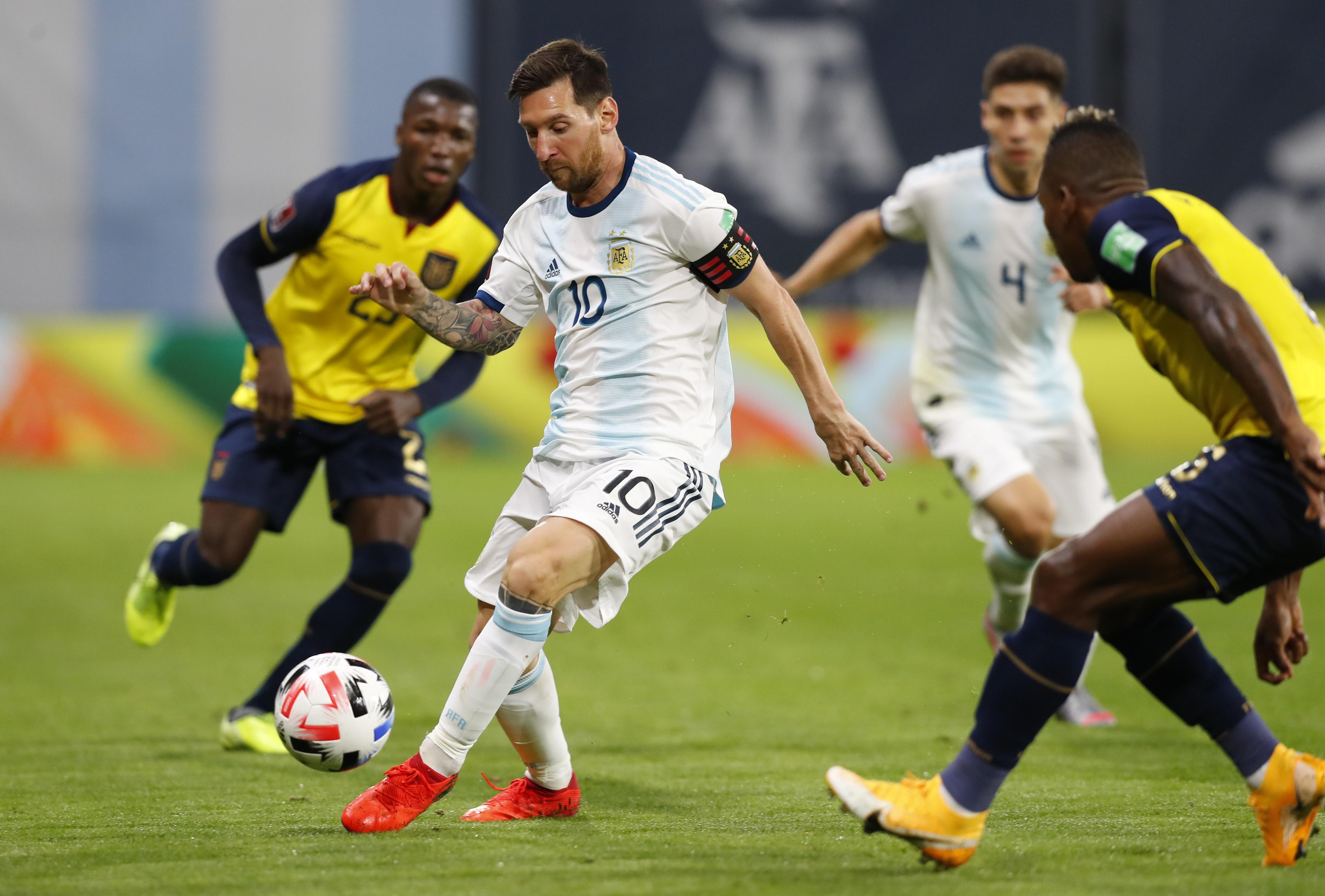 Messi rodeado por los rivales. En un momento del partido le reclamó al árbitro por los roces permanentes de la visita (REUTERS/Agustin Marcarian)